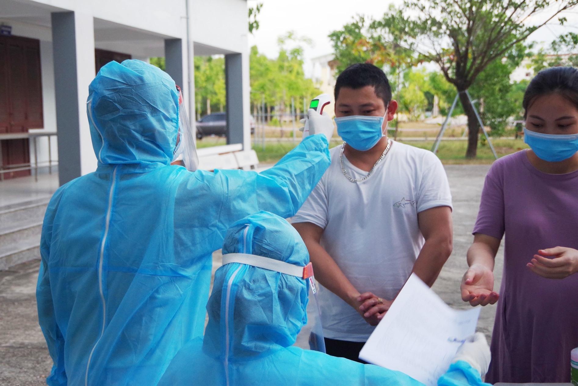Kiểm tra y tế cho những người được đưa vào khu cách ly. Ảnh: T.P