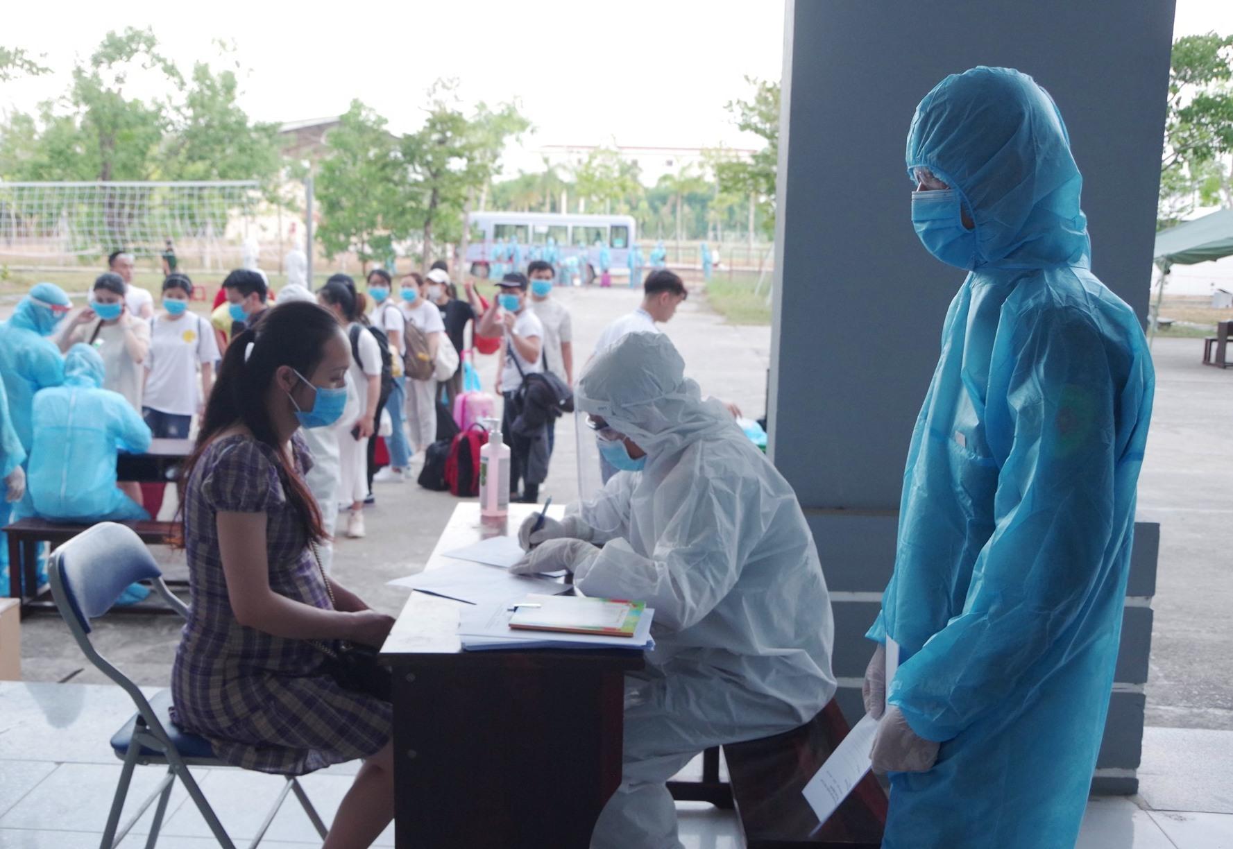 Qua thực hiện khai báo y tế và đo thân nhiệt, 2 trường hợp có biểu hiện sốt đã được cách ly riêng. Ảnh: T.P