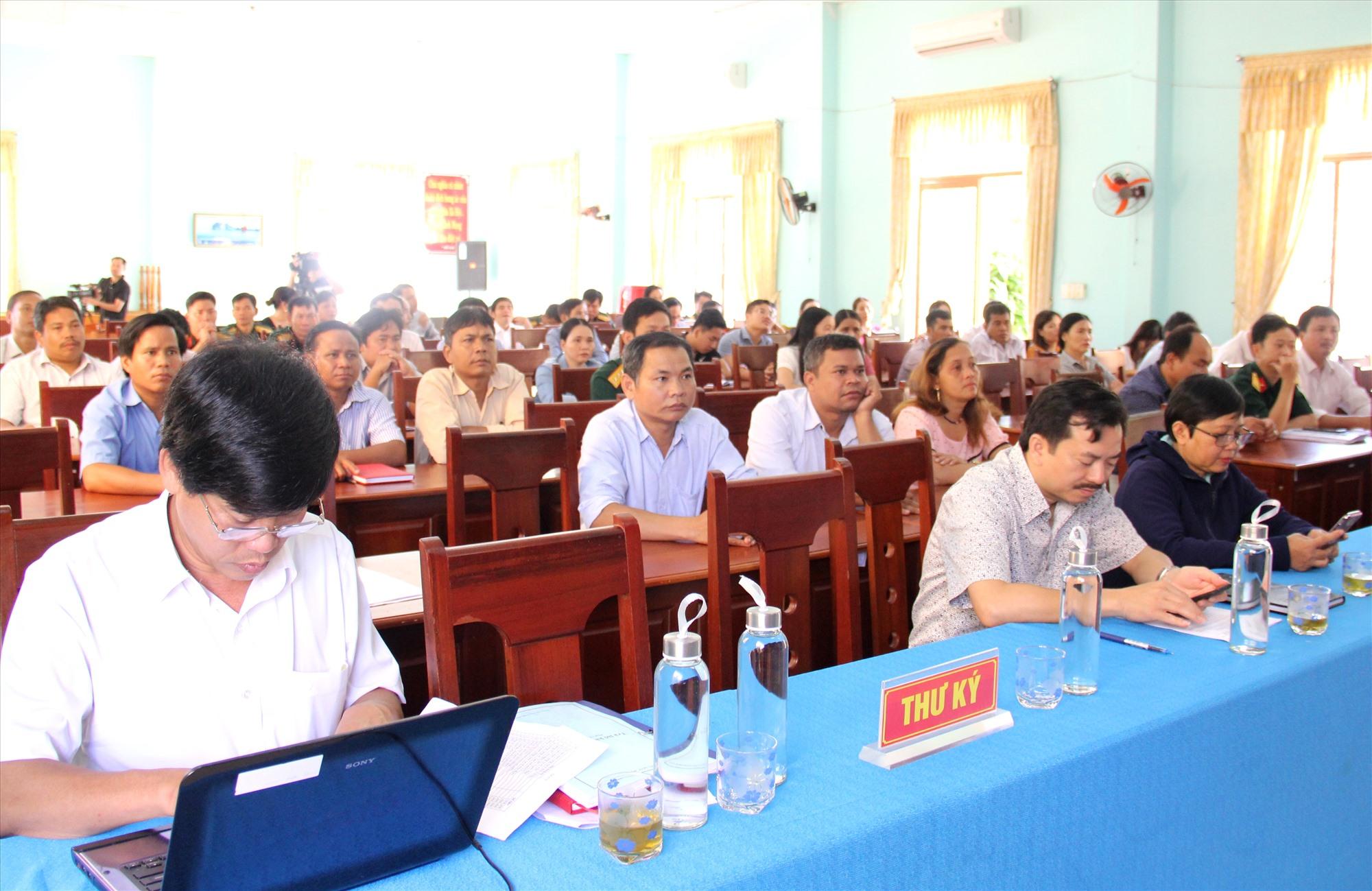 Đông đảo cử tri huyện Đông Giang tham dự buổi tiếp xúc. Ảnh: A.N