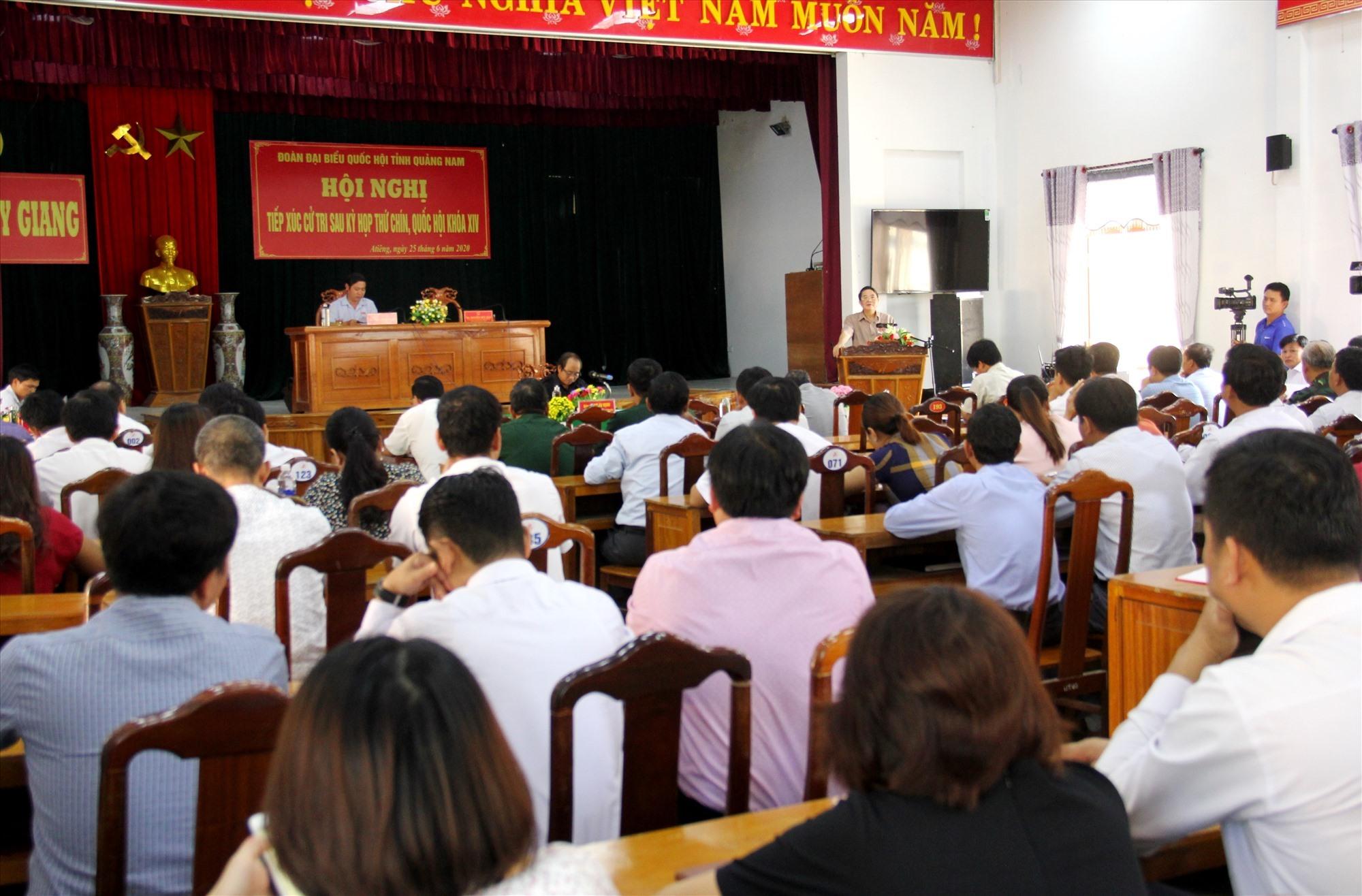 Đông đảo cử tri Tây Giang tham dự buổi tiếp xúc với ĐBQH. Ảnh: A.N