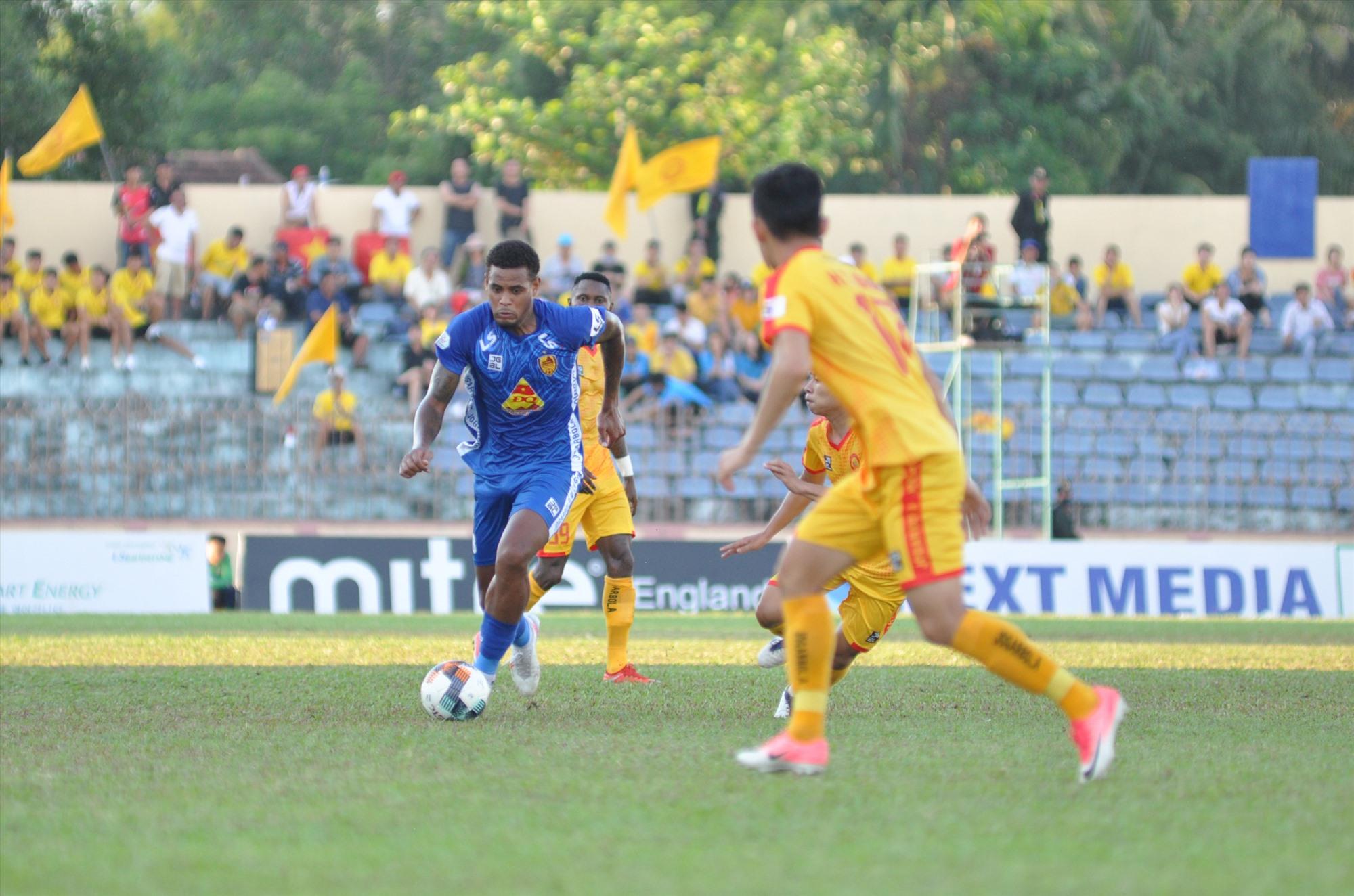 Tiền vệ Jose Pinto (áo xanh) bị treo giò trong trận gặp Viettel sexlaf mất mát lớn đối với Quảng Nam. Ảnh: A.S