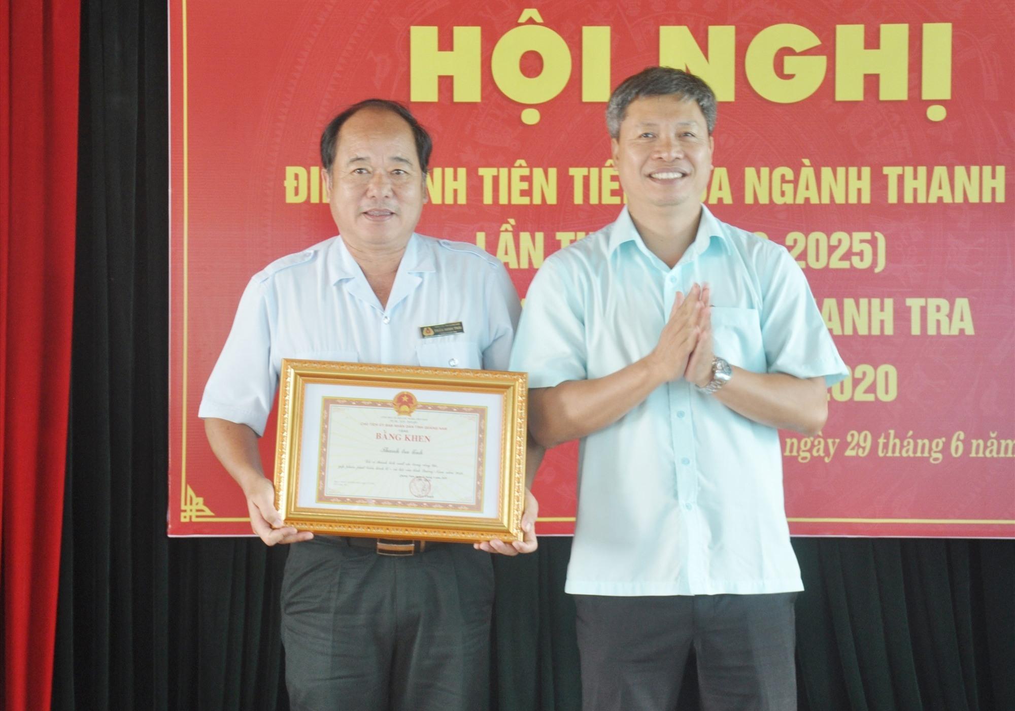 Phó Chủ tịch UBND tỉnh Hồ Quang Bửu tặng Bằng khen của UBND tỉnh cho Thanh tra tỉnh vì những thành tích xuất sắc trong việc thực hiện các nhiệm vụ được giao năm 2019. Ảnh: N.Đ