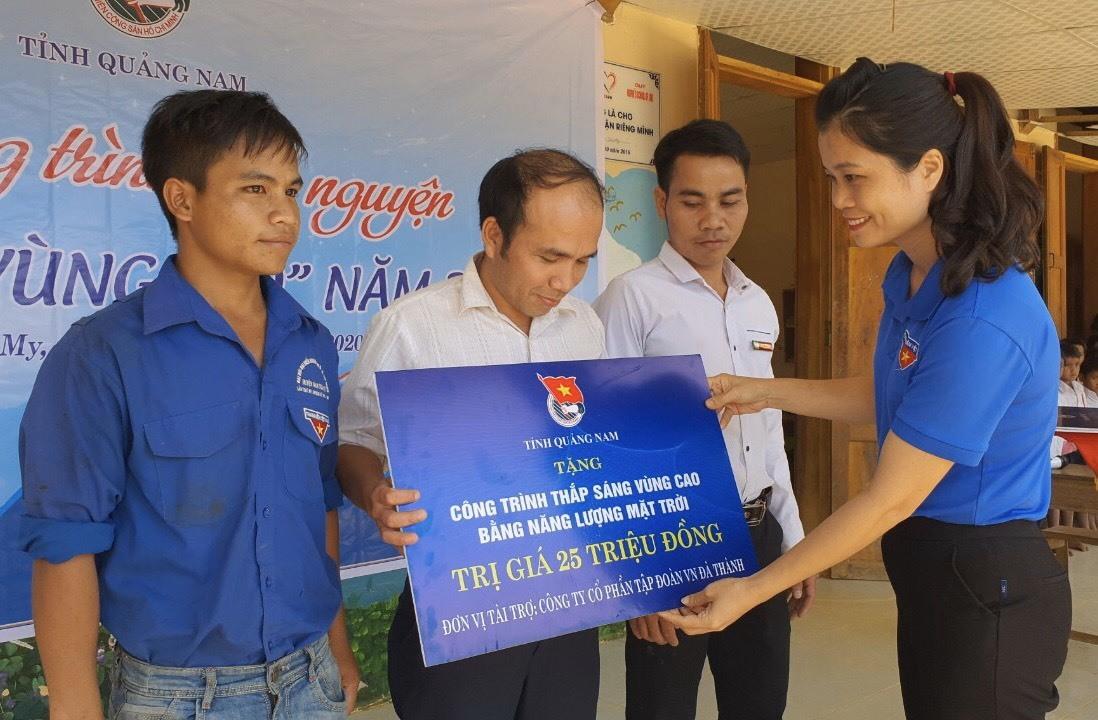 Bí thư Tỉnh đoàn Phạm Thị Thanh trao biểu trưng công trình an sinh xã hội cho địa phương.