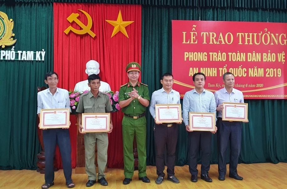 Công an TP.Tam Kỳ đã trao tặng nhiều bằng khen, giấy khen cho các tập thể, cá nhân điển hình trong phong trào Vì an ninh Tổ quốc năm 2019.