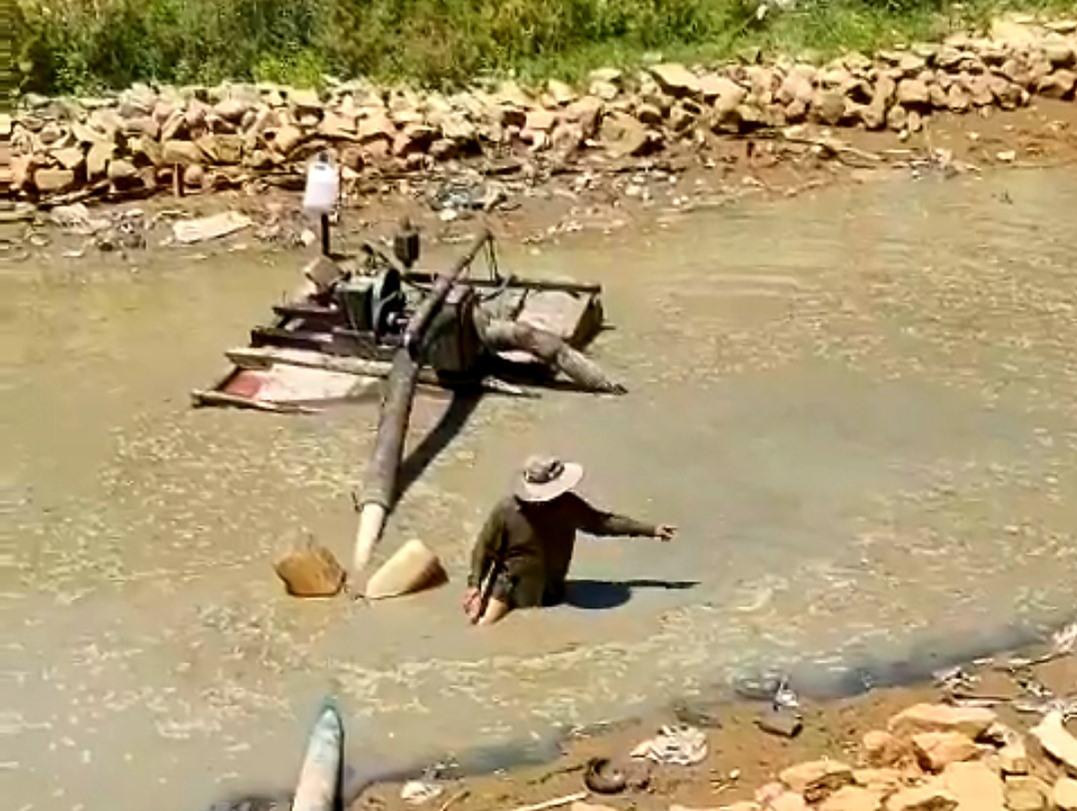 Những ngày qua, Hợp tác xã Duy Sơn trưng dụng 16 máy bơm dã chiến để tận dụng mọi nguồn nước ngọt giải cứu lúa. Ảnh: T.R