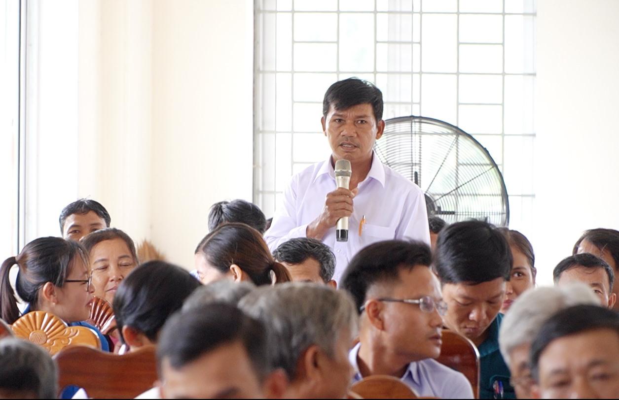 Cử tri xã Quế Lâm ý kiến về vấn đề khan hiếm nước sinh hoạt trên địa bàn xã. Ảnh: PHAN VINH