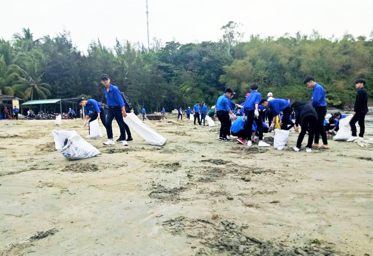 Đoàn viên thanh niên xã đảo Tam Hải, huyện Núi Thành dọn sạch rác thải ở bờ biển. Ảnh: THANH THẮNG