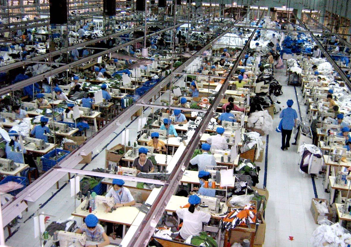 Phần lớn DN dệt may nội địa chủ yếu sản xuất may gia công, giá trị gia tăng thấp, khó cạnh tranh trên thị trường. Ảnh: T.L
