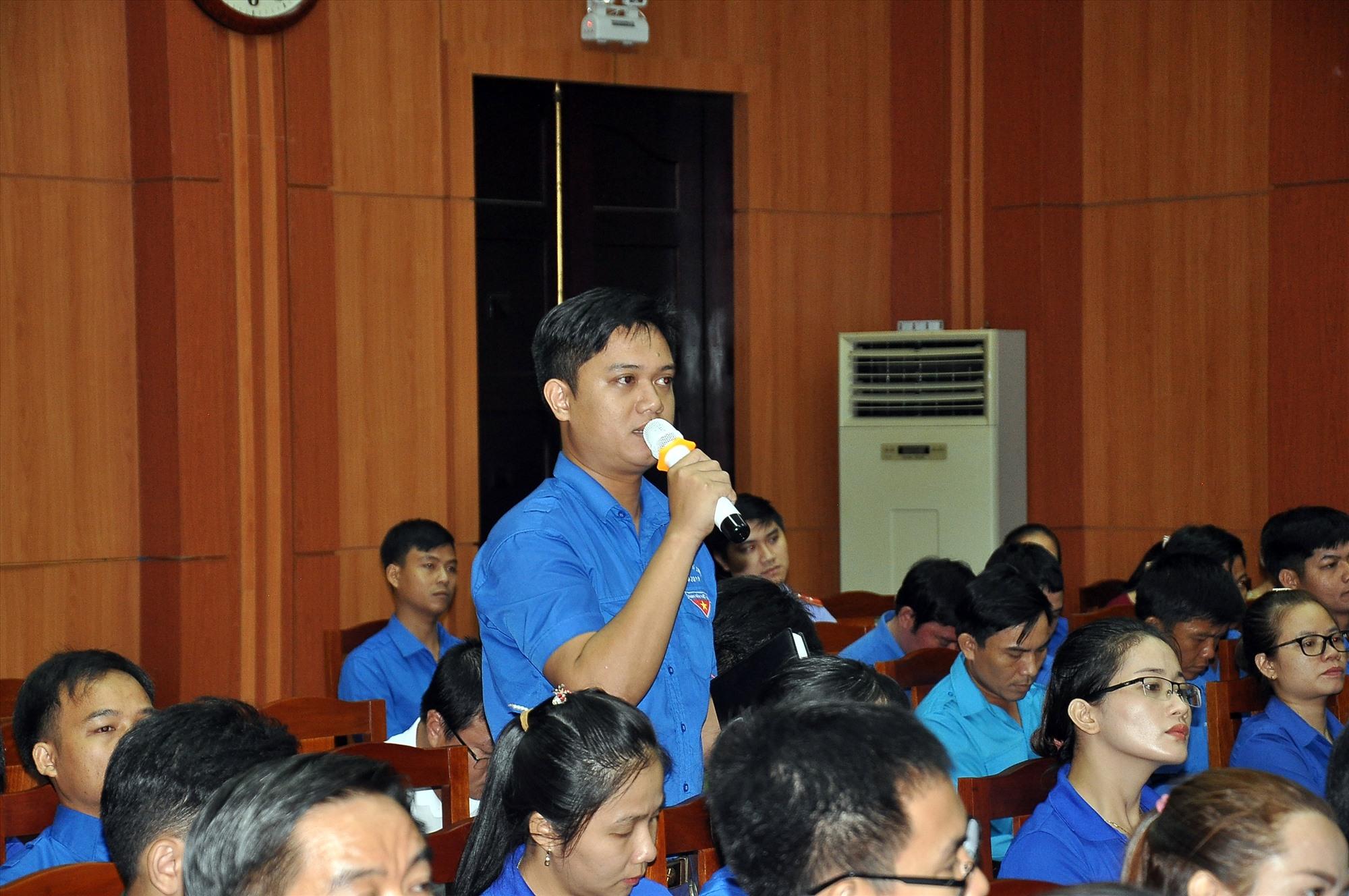Đại biểu thanh niên đặt câu hỏi cho chủ trì hội nghị đối thoại. Ảnh: VINH ANH