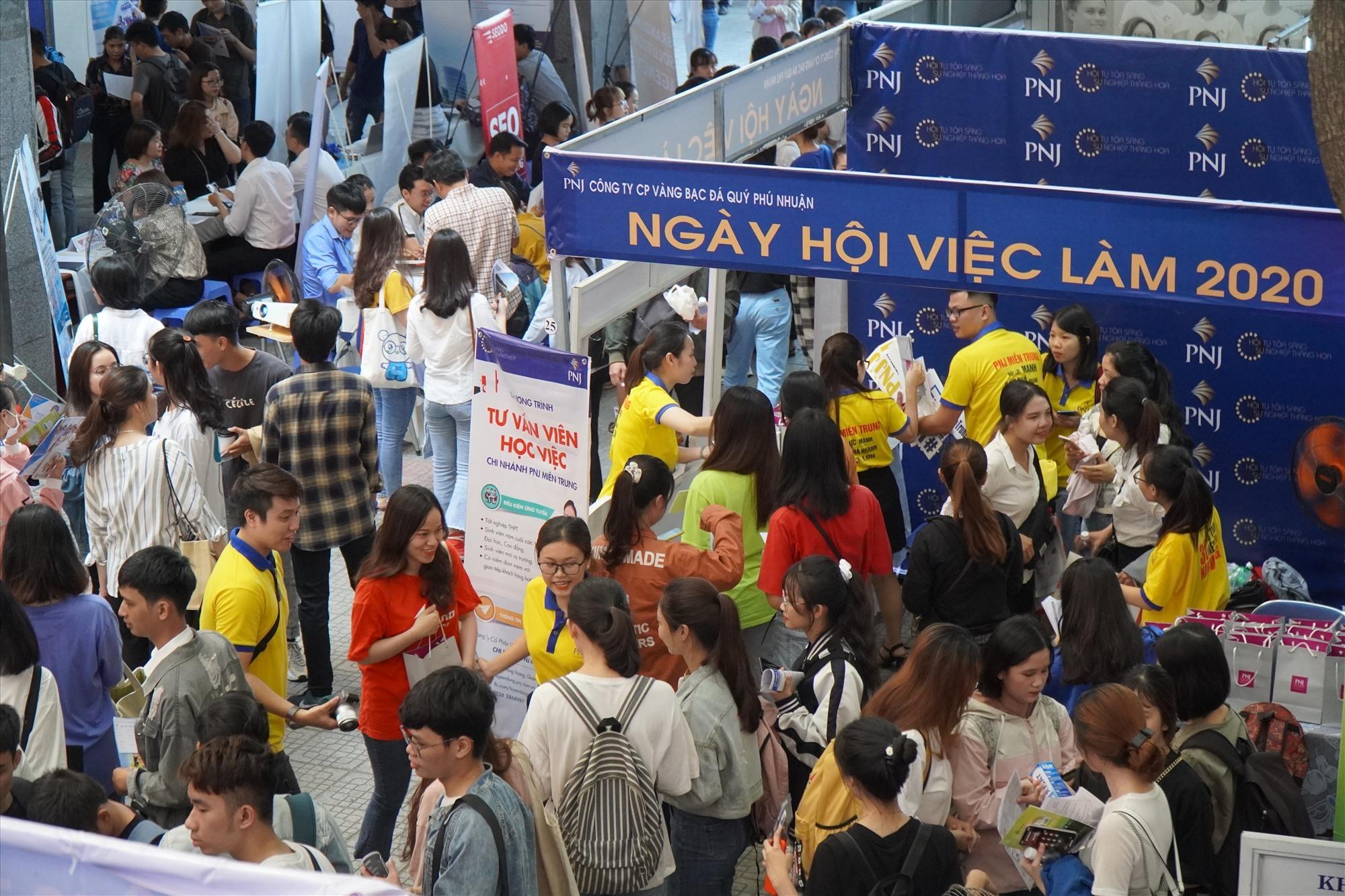 Hơn 1000 sinh viên DTU mới tốt nghiệp niên học 2019 -2020 cùng đông đảo SV trong và ngoài nhà trường nô nức tham gia đăng ký NHVL 2020 tại cơ sở số 3 Quang Trung TP Đà Nẵng . Ảnh NĐ