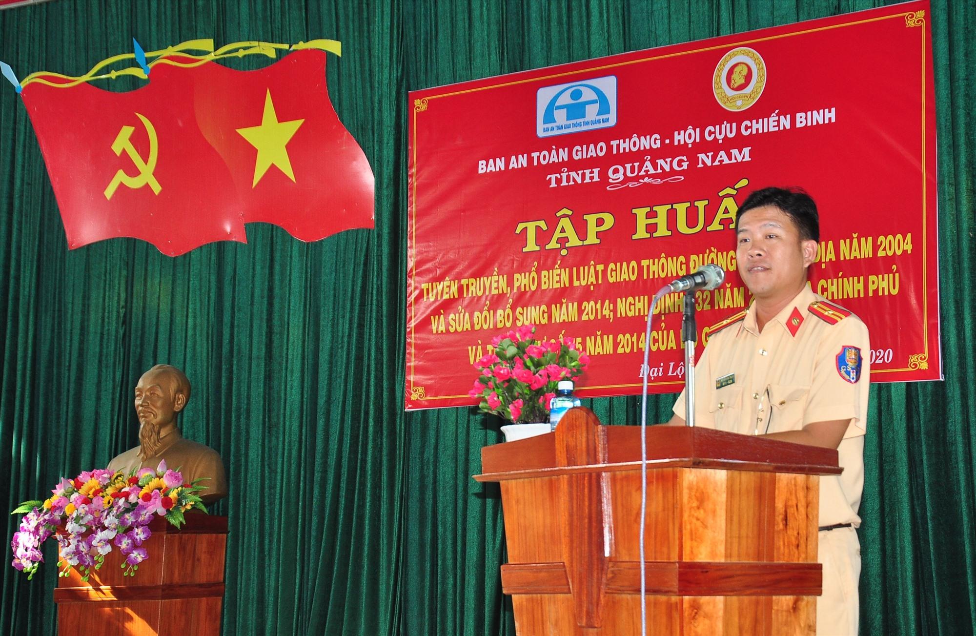 Thiếu tá Nguyễn Đình Thắng, báo cáo viên Phòng Cảnh sát giao thông đường thủy phổ biến các nội dung tại hội nghị tập huấn. Ảnh: VINH ANH