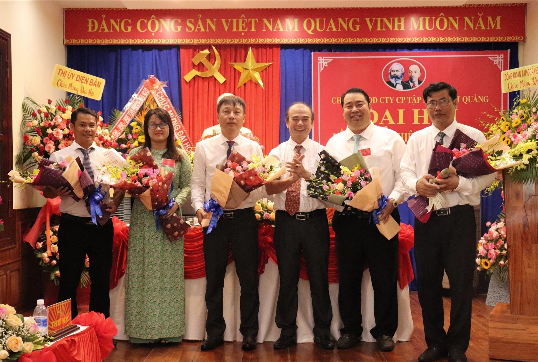 ông Nguyễn Viết Dũng - Chủ tịch HĐQT Tập đoàn Đất Quảng (thứ 2 từ phải sang) tiếp tục tái cử Bí thư Chi bộ Văn phòng đại diện của công ty
