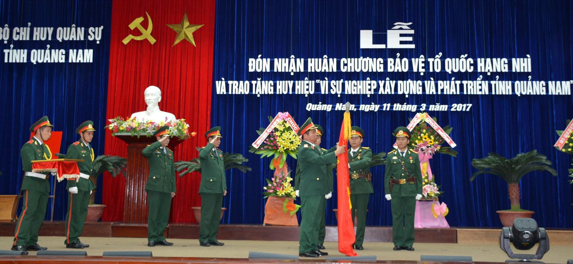 Lực lượng vũ trang tỉnh đón nhận Huân chương Bảo vệ Tổ quốc hạng Nhì năm 2017. Ảnh: T.A