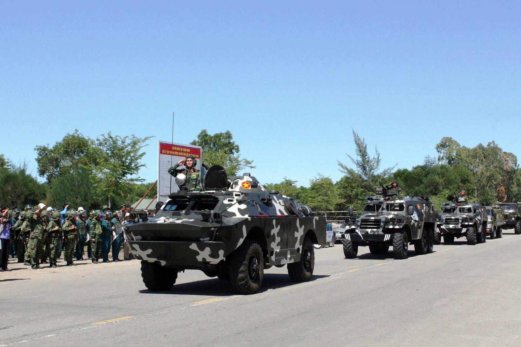 Lực lượng của Bộ CHQS tỉnh diễu hành trong diễn tập thực binh xử lý tình huống A2. Ảnh: T.A