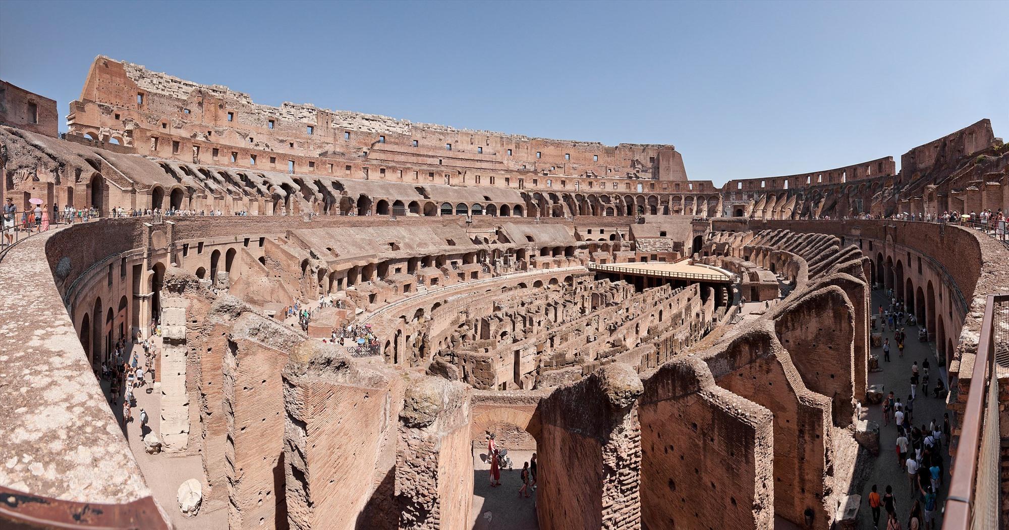 Bên trong đấu trường Colosseum.