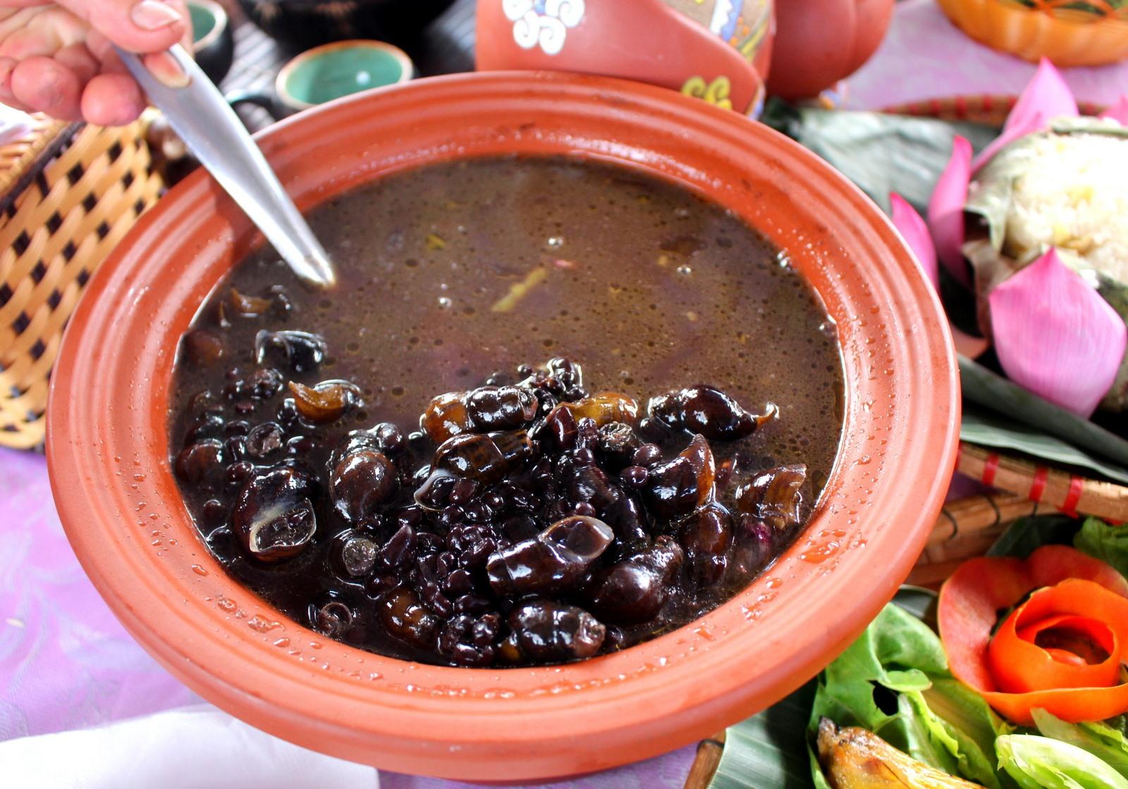 Ốc đá hầm đậu đen là món ăn đặc trưng vùng cao xứ Quảng.