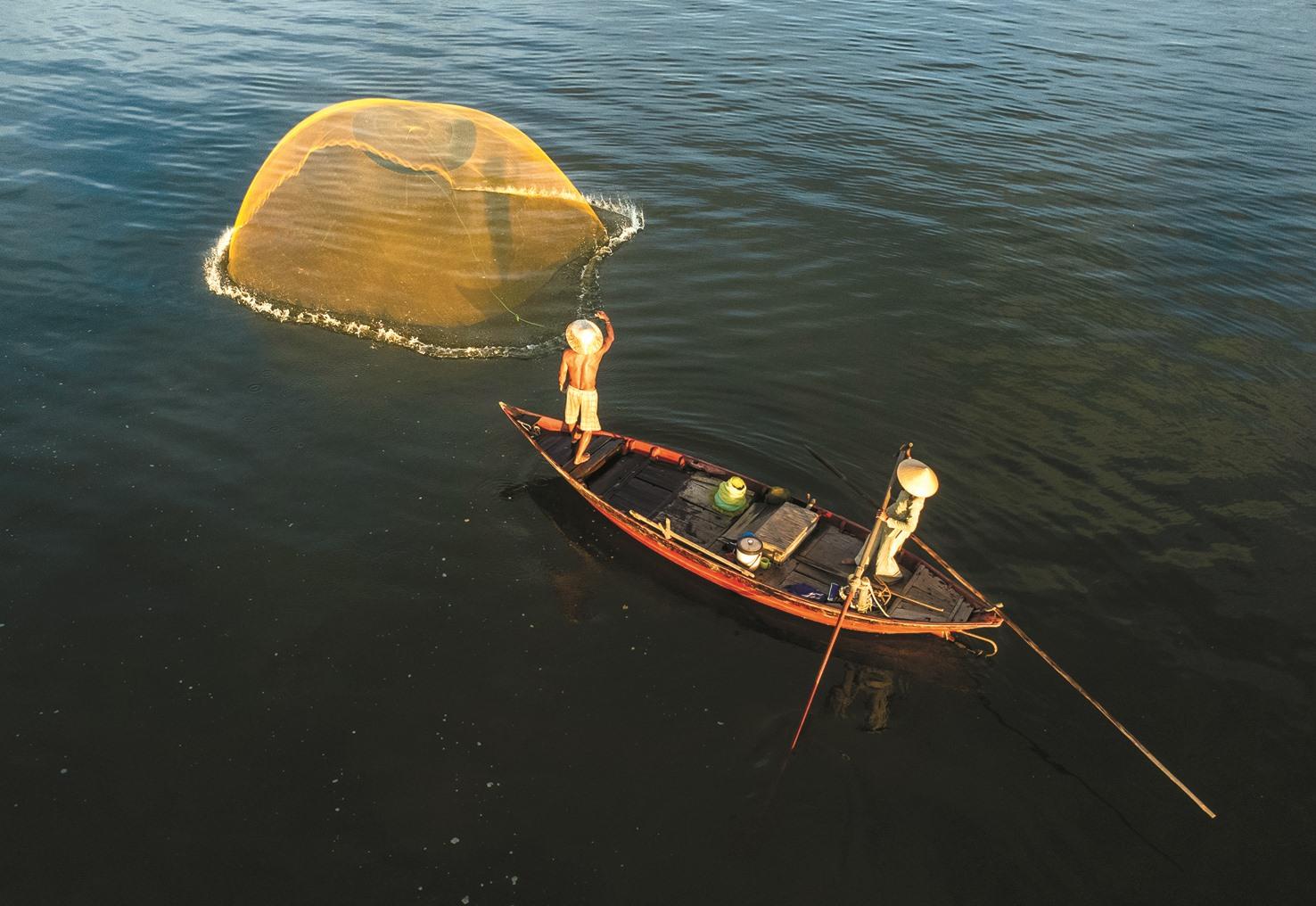 Tung chài trên sông Thu Bồn (cầu Bà Ngân, Duy Phước, Duy Xuyên).
