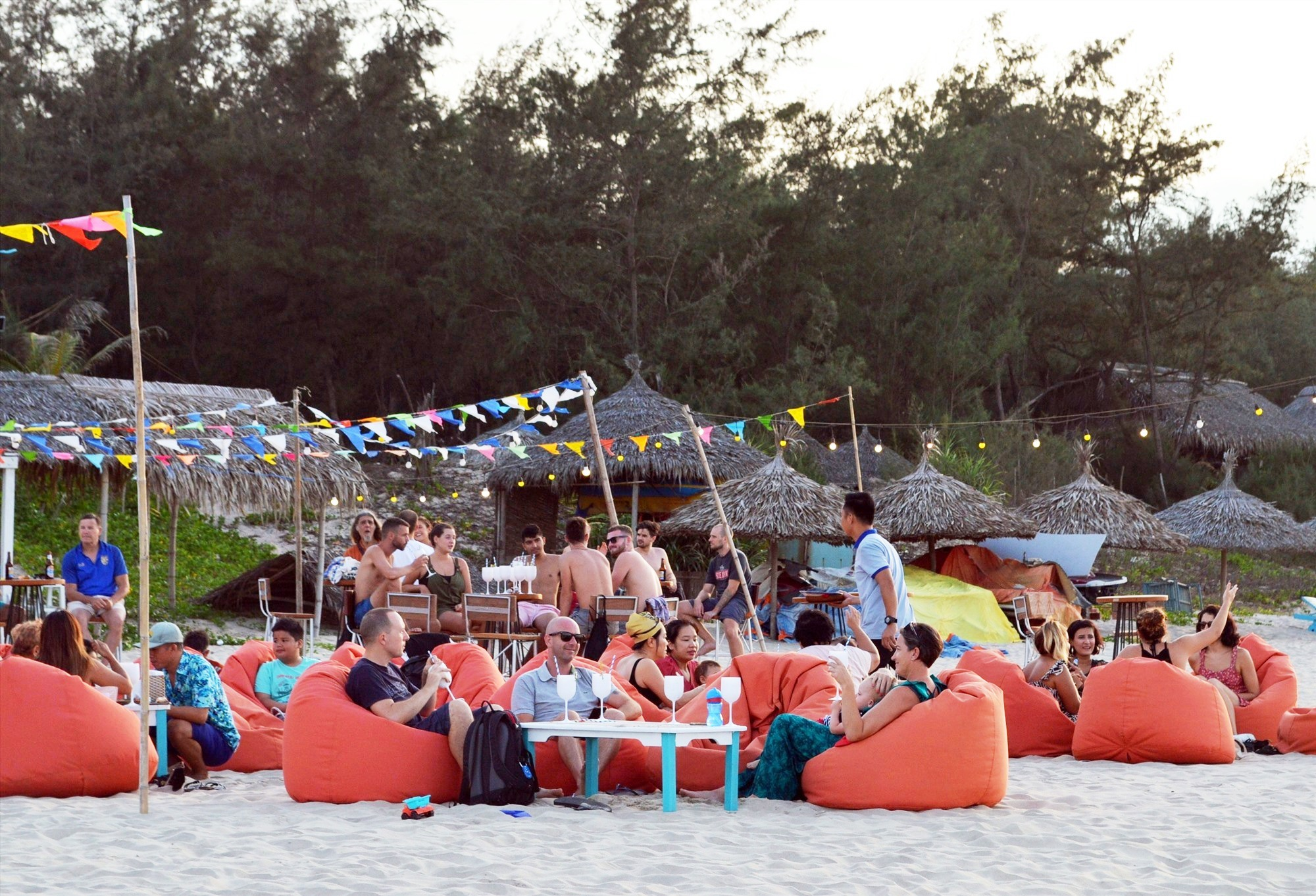 Du khách vui chơi ăn uống tại bãi biển An Bàng