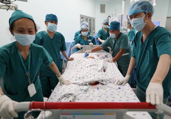 Ca phẫu thuật đã kết thúc thành công, bệnh nhi được đưa ra phòng hậu phẫu
