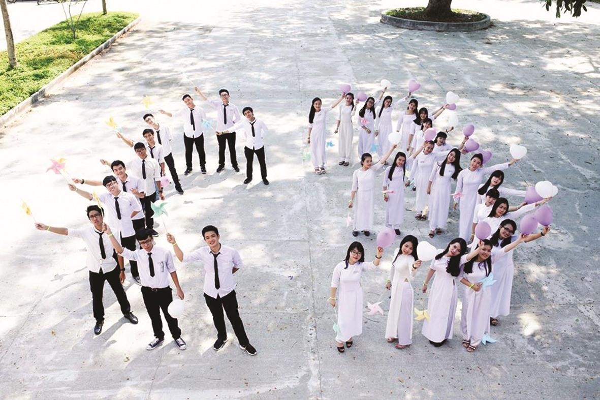 Học sinh lớp 12 trường THPT Lê Quý Đôn (Tam Kỳ) lưu lại hình ảnh dễ thương trong khuôn viên trường.