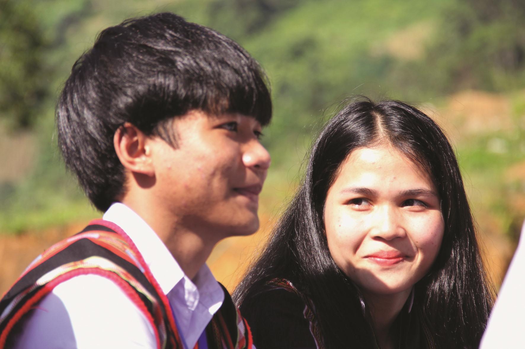 Cô gái Cơ Tu Zơrâm Thị Biếu (lớp 12C1, Trường THPT Võ Chí Công, Tây Giang) bẽn lẽn nhìn bạn trai cùng lớp trong ngày bế giảng năm học.