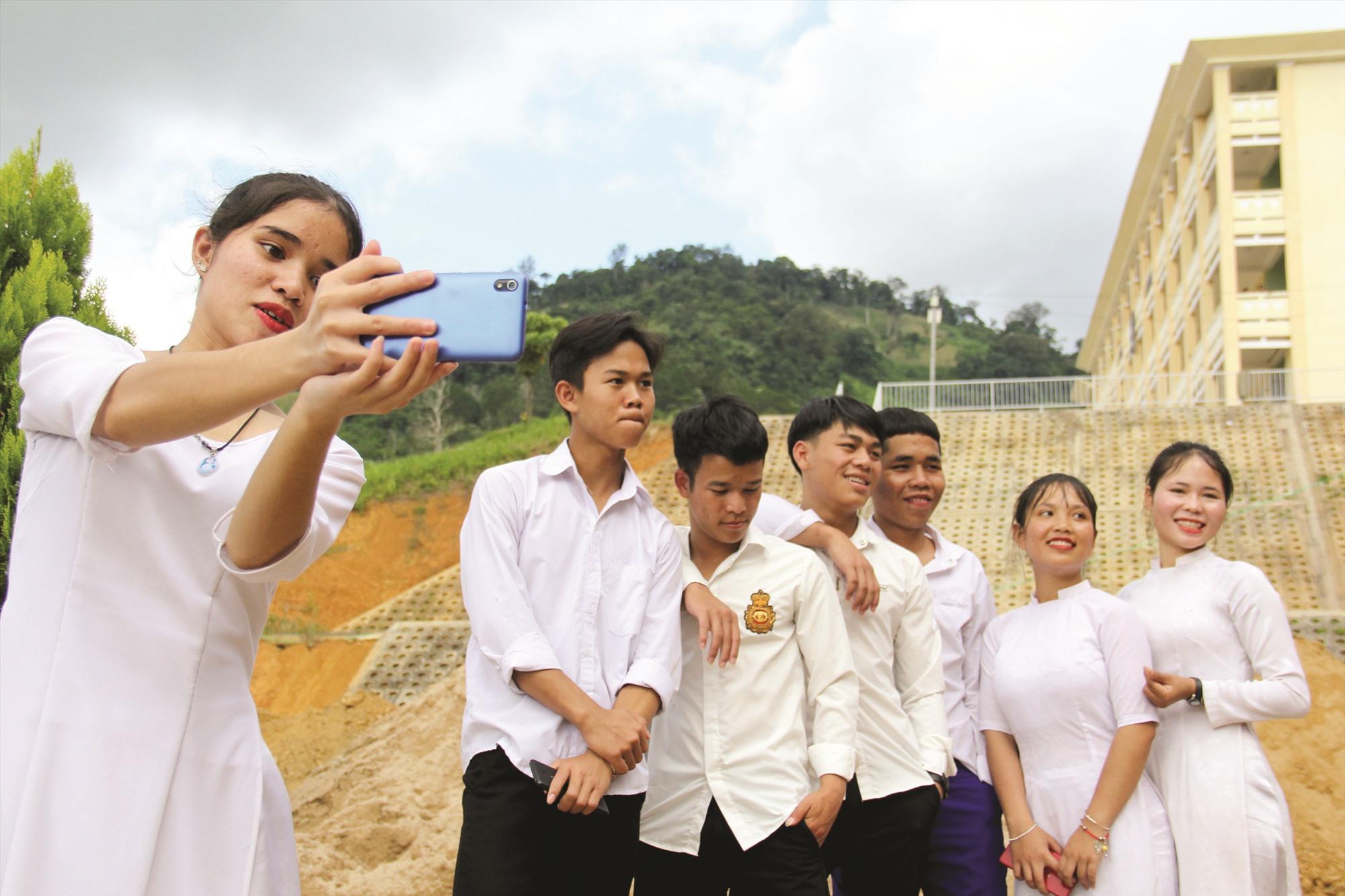 Học sinh lớp 12 Trường THPT Võ Chí Công (xã A Xan, Tây Giang) ghi lại khoảnh khắc kỷ niệm trong ngày bế giảng.