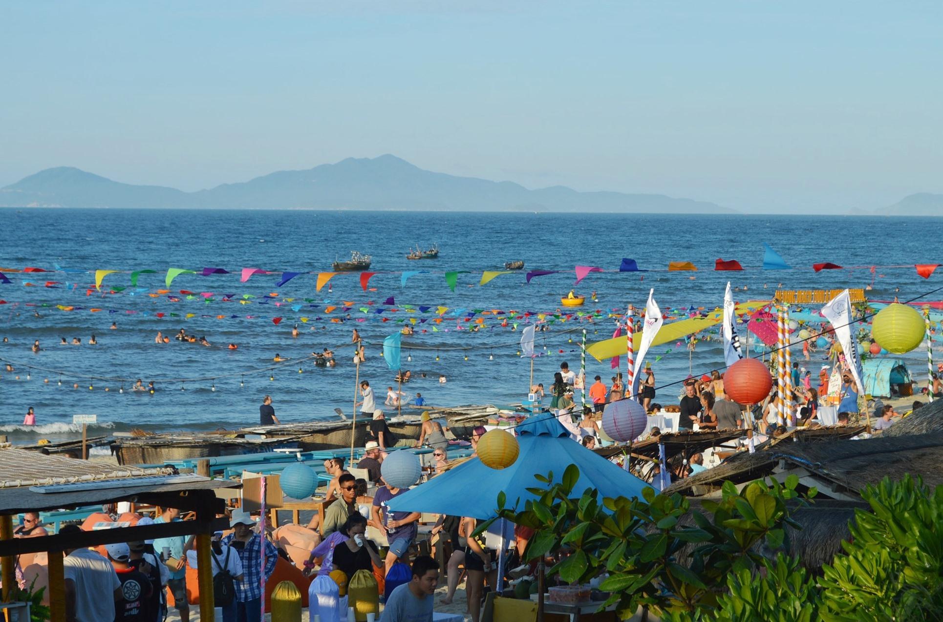 Bãi biển An Bàng rộn rã sắc màu trong chiều 18.7. Ảnh: VĨNH LỘC