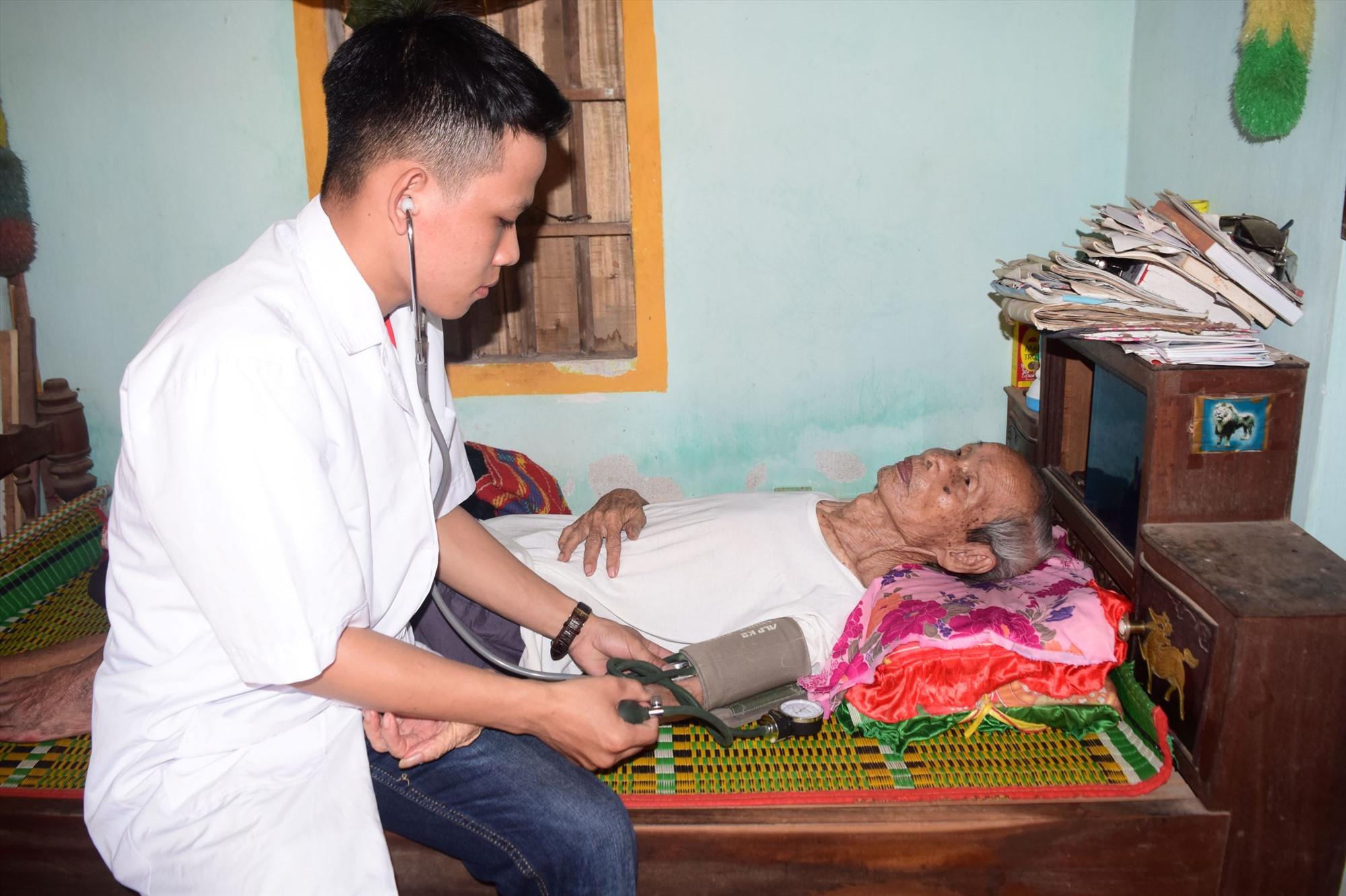 Khám bệnh, cấp phát thuốc miễn phí tại nhà các gia đình chính sách huyện Phú Ninh. Ảnh: THÁI CƯỜNG