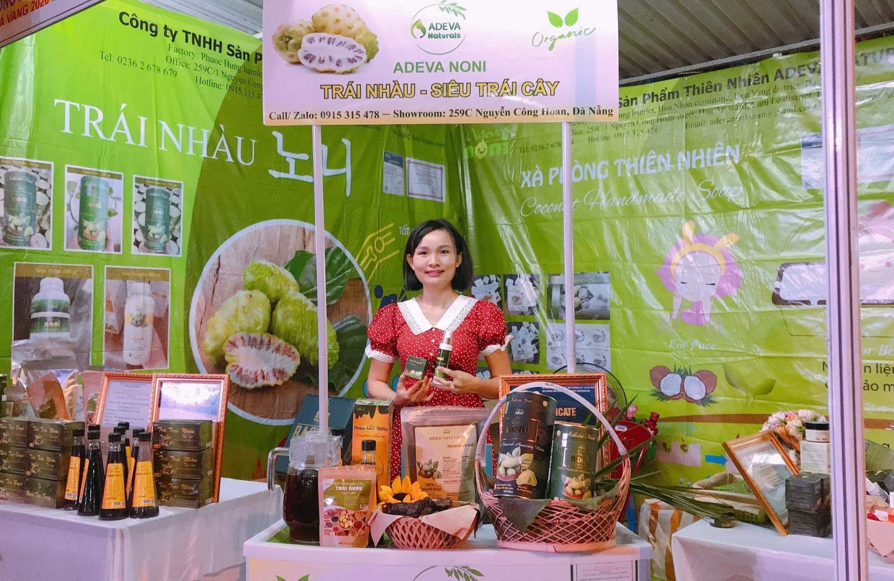 Chị Nguyễn Thu Dung với các sản phẩm từ trái nhàu. Ảnh: H.P