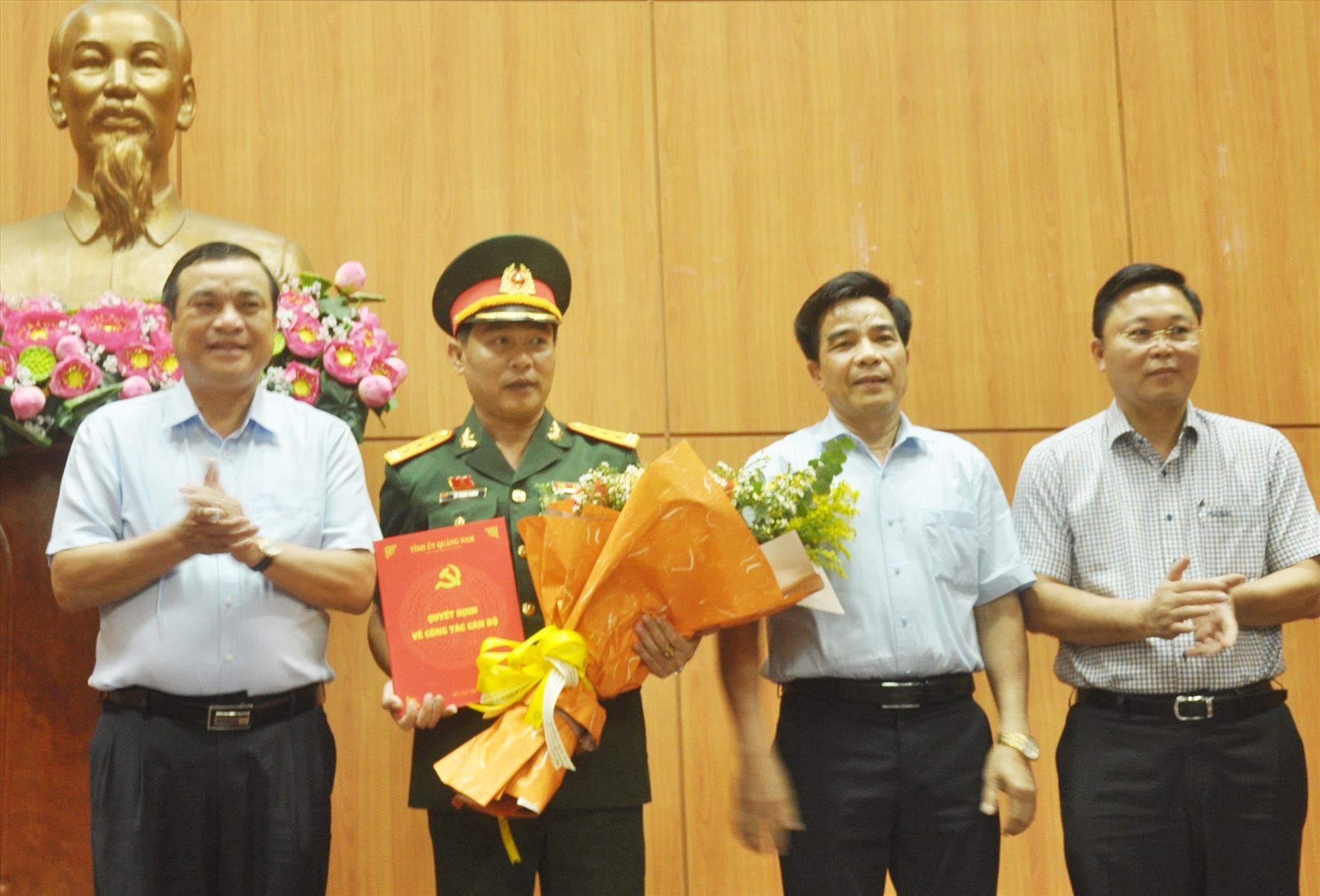 Các đồng chí Thường trực Tỉnh ủy trao quyết định của Ban Bí thư và tặng hoa chúc mừng đồng chí Lê Trung Thành. Ảnh: N.Đ