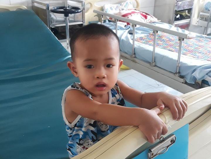 Cháu Võ Duy Khang điều trị tại Bệnh viện Đa khoa Trung ương Quảng Nam. Ảnh: N.Q