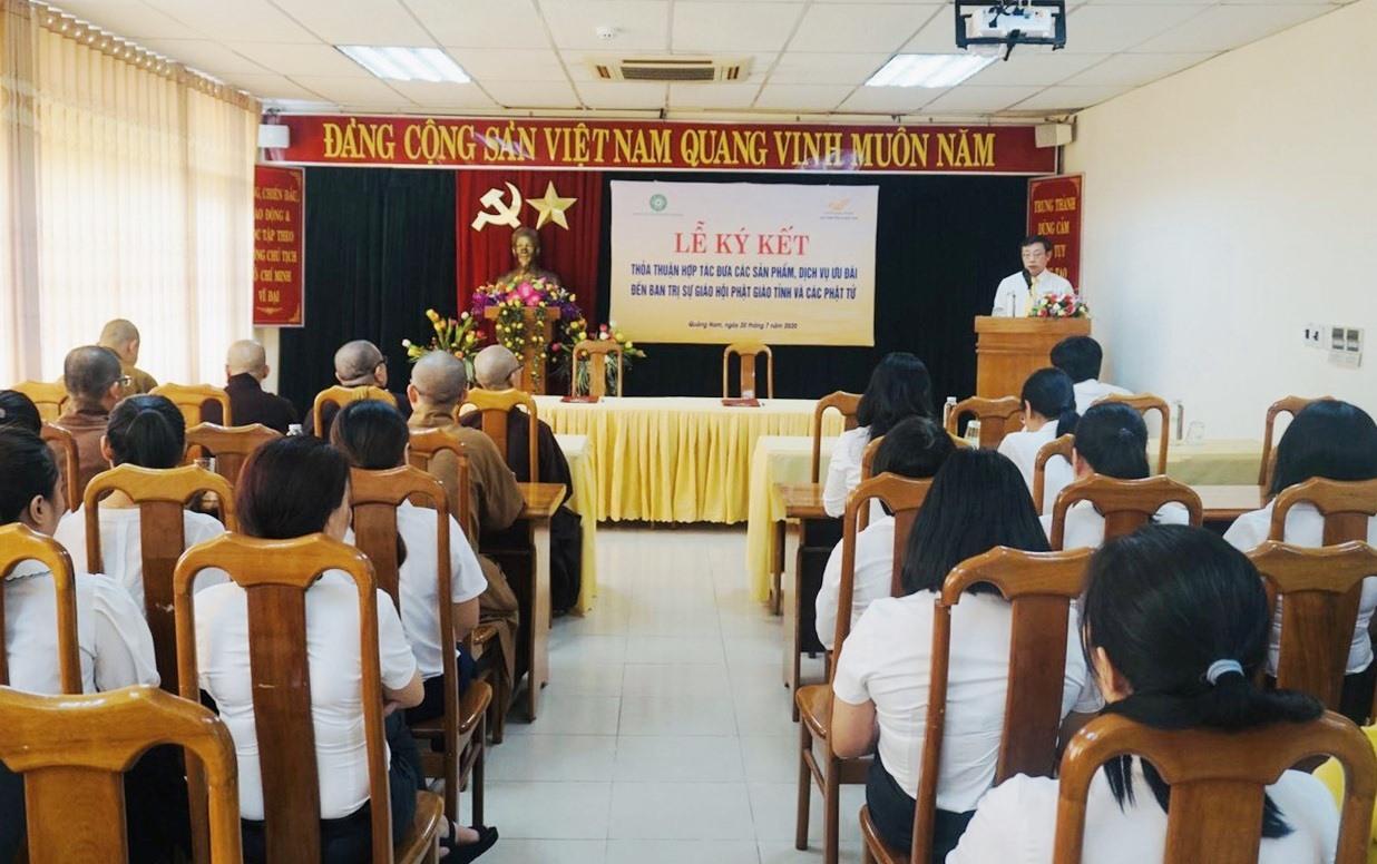 Lễ ký kết thỏa thuận hợp tác giữa Giáo hội Phật giáo tỉnh và Bưu điện tỉnh diễn ra sáng nay. Ảnh: D.L