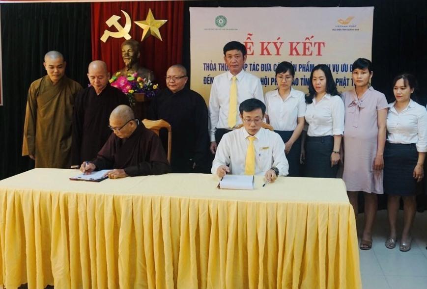 Giáo hội Phật giáo tỉnh và Bưu điện tỉnh ký kết thỏa thuận hợp tác. Ảnh: D.L