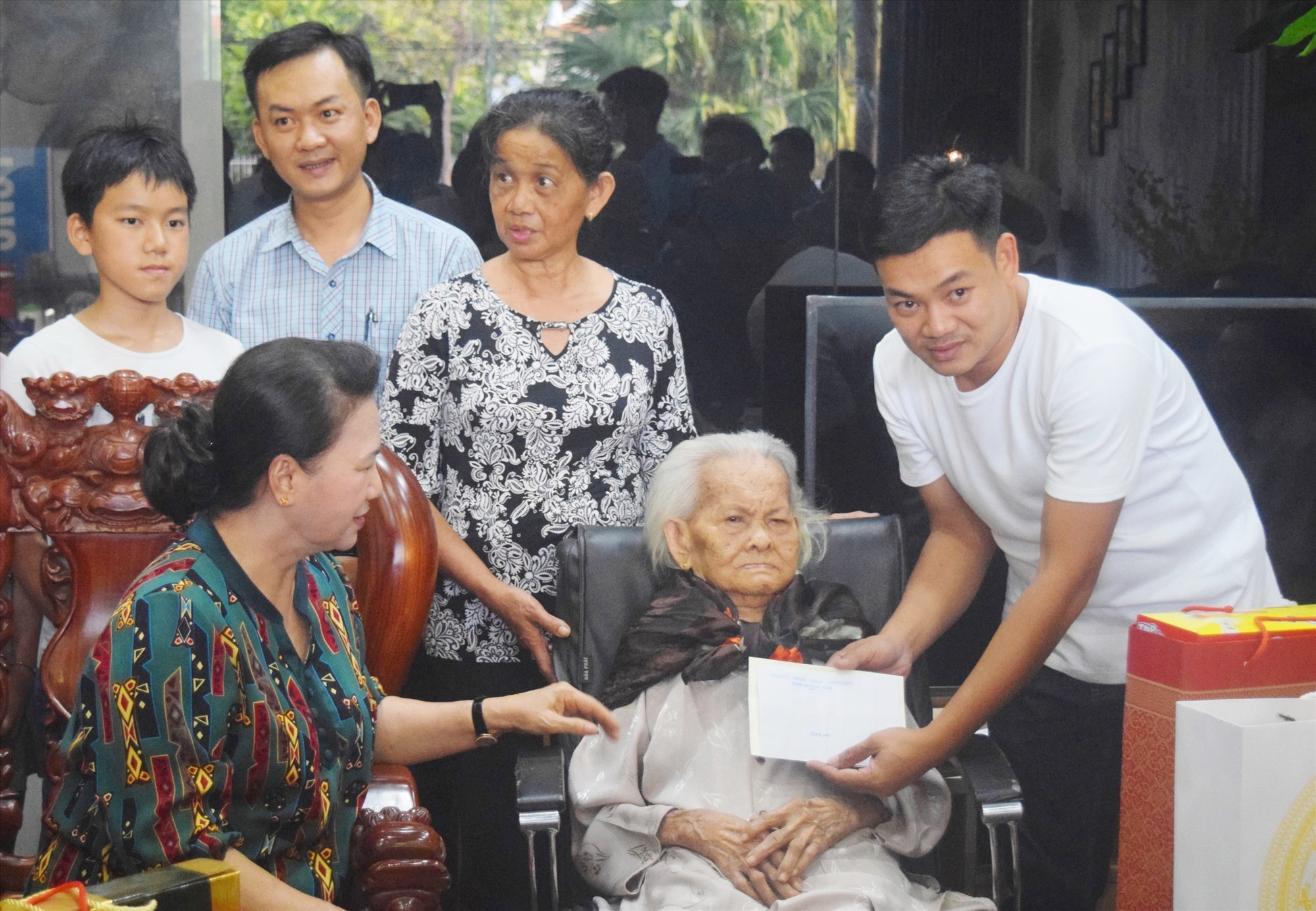 Chủ tịch Quốc hội Nguyễn Thị Kim Ngân tặng quà cho Mẹ VNAH Trần Thị Ấm. Ảnh: PHAN VINH