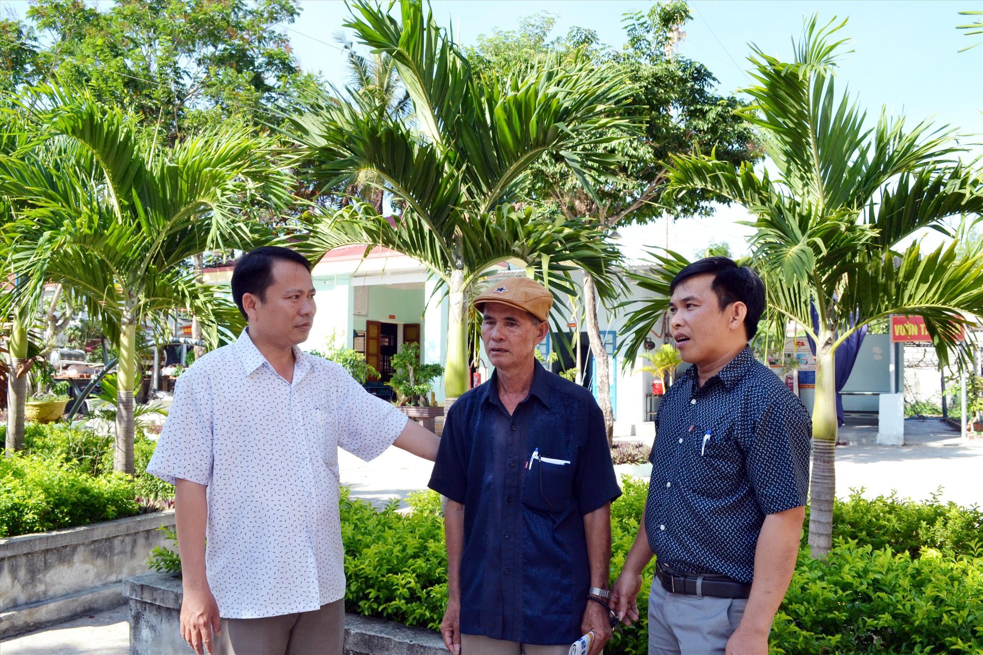 Được điều động làm Bí thư Đảng ủy xã Bình Hải, ông Nguyễn Tấn Thu (bên trái) đã tạo sự đoàn kết, nhất trí cao giữa nhân dân và cán bộ địa phương. Ảnh: QUANG VIỆT