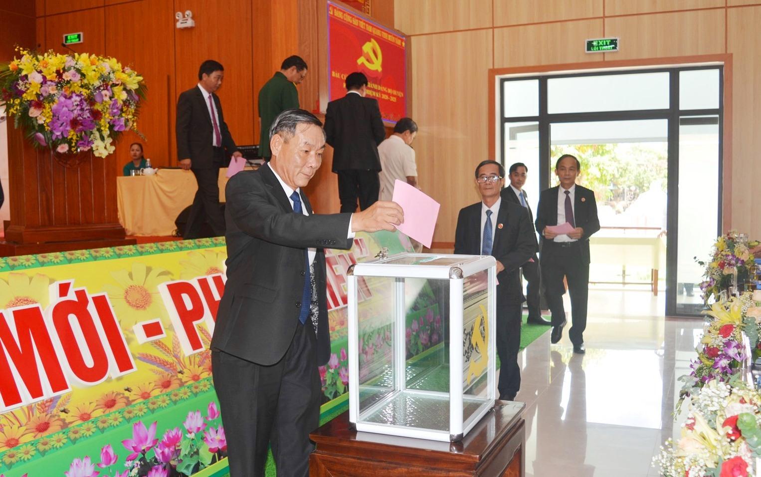 Đại hội tiến hành bỏ phiếu bầu Ban Chấp hành Đảng bộ huyện Duy Xuyên khóa XXI (nhiệm kỳ 2020 - 2025). Ảnh: VĂN SỰ