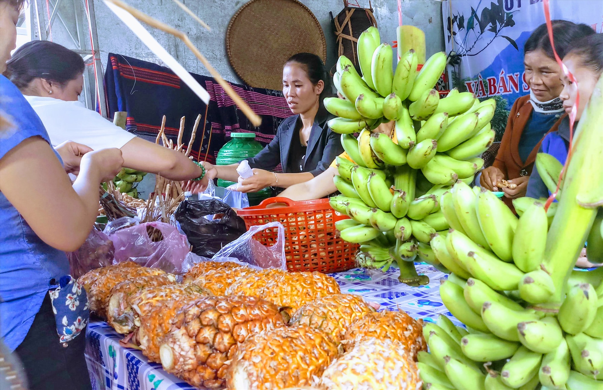 Nhiều mặt hàng nông sản vùng cao Nam Giang trở thành sản phẩm OCOP. Ảnh: ALĂNG NGƯỚC