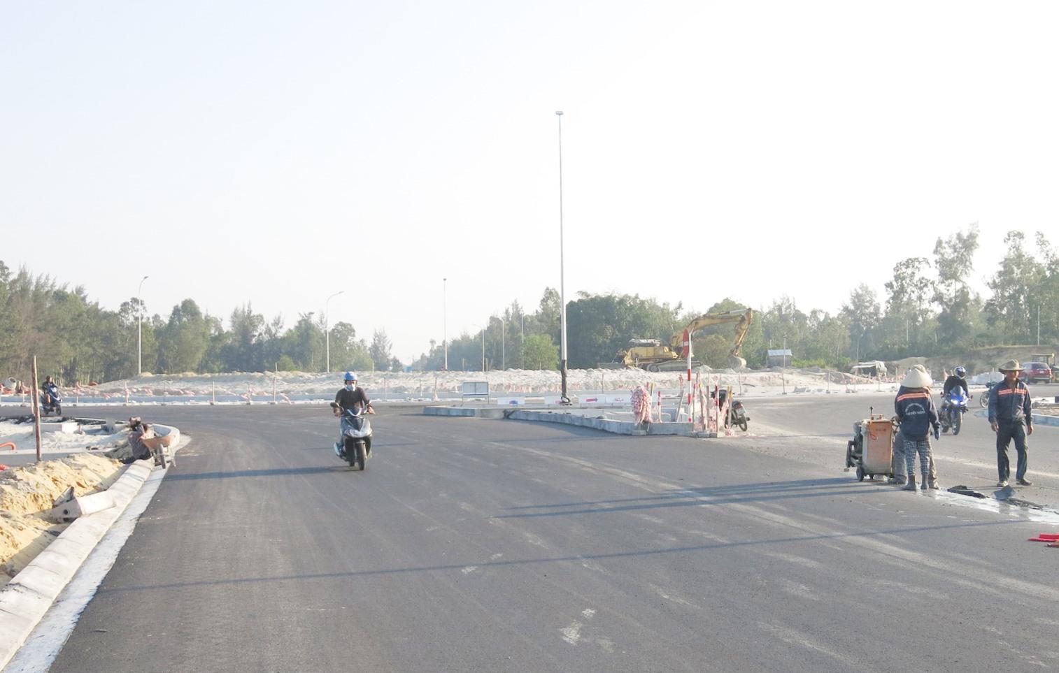 Đường 129 (Võ Chí Công ) và cầu Cửa Đại là biểu tượng sinh động nhất của đầu tư công phục vụ kết nối giao thông hai vùng kinh tế nam - bắc của Quảng Nam.Ảnh: T.D