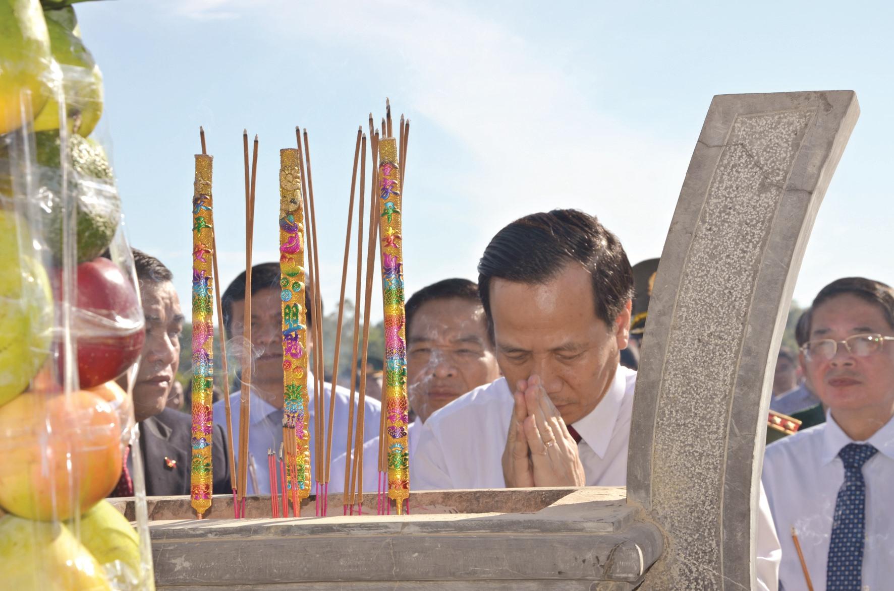 Lãnh đạo Đảng, Nhà nước viếng hương tại Tượng đài Mẹ VNAH. Ảnh: HỮU PHÚC