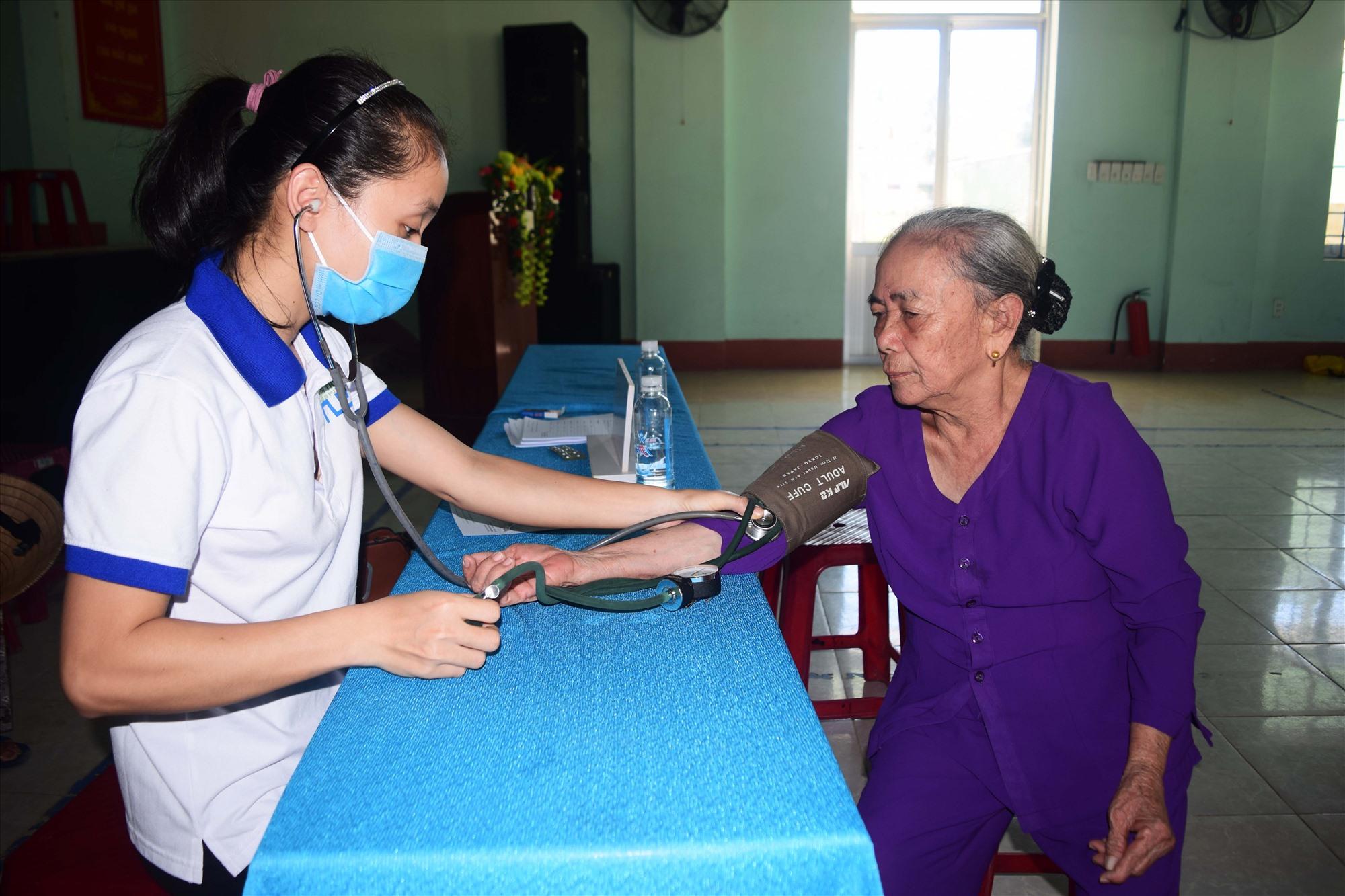 Bệnh viện Đa khoa Minh Thiện tổ chức khám bệnh chuyên sâu cho 200 người dân. Ảnh: THÁI CƯỜNG