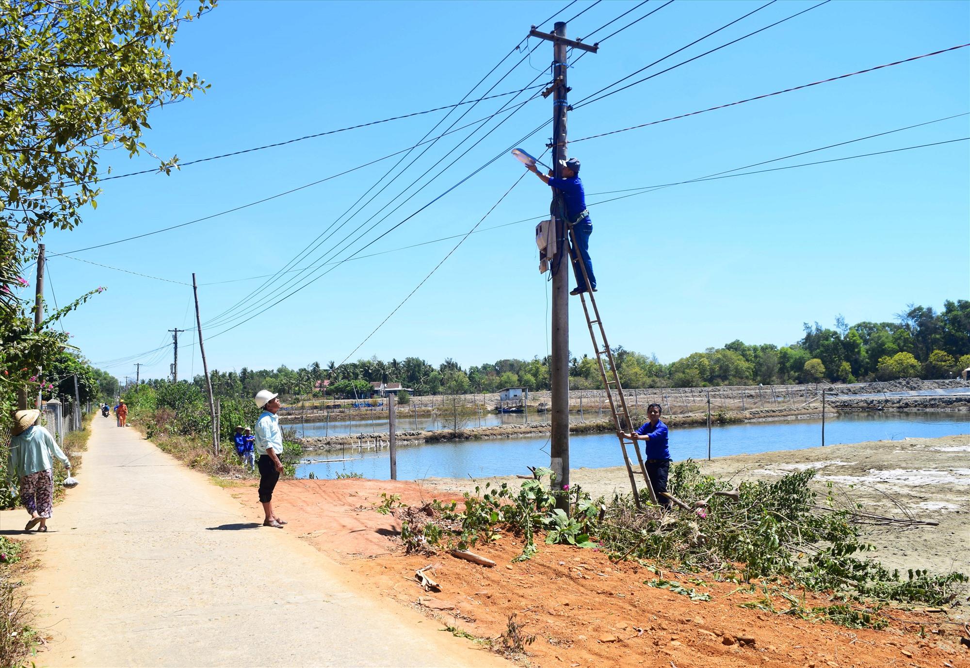 ĐVTN thực hiện công trình điện thắp sáng đường quê tại thôn Đông Thạnh (xã Tam Hòa). Ảnh: THÁI CƯỜNG
