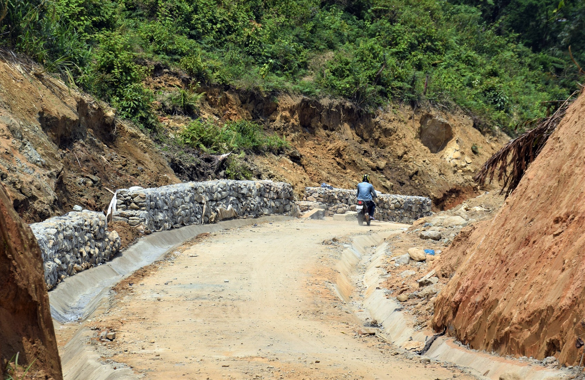 Phước Sơn đã, đang và sẽ tiếp tục ưu tiên đầu tư kết nối hạ tầng giao thông. Ảnh: T.C
