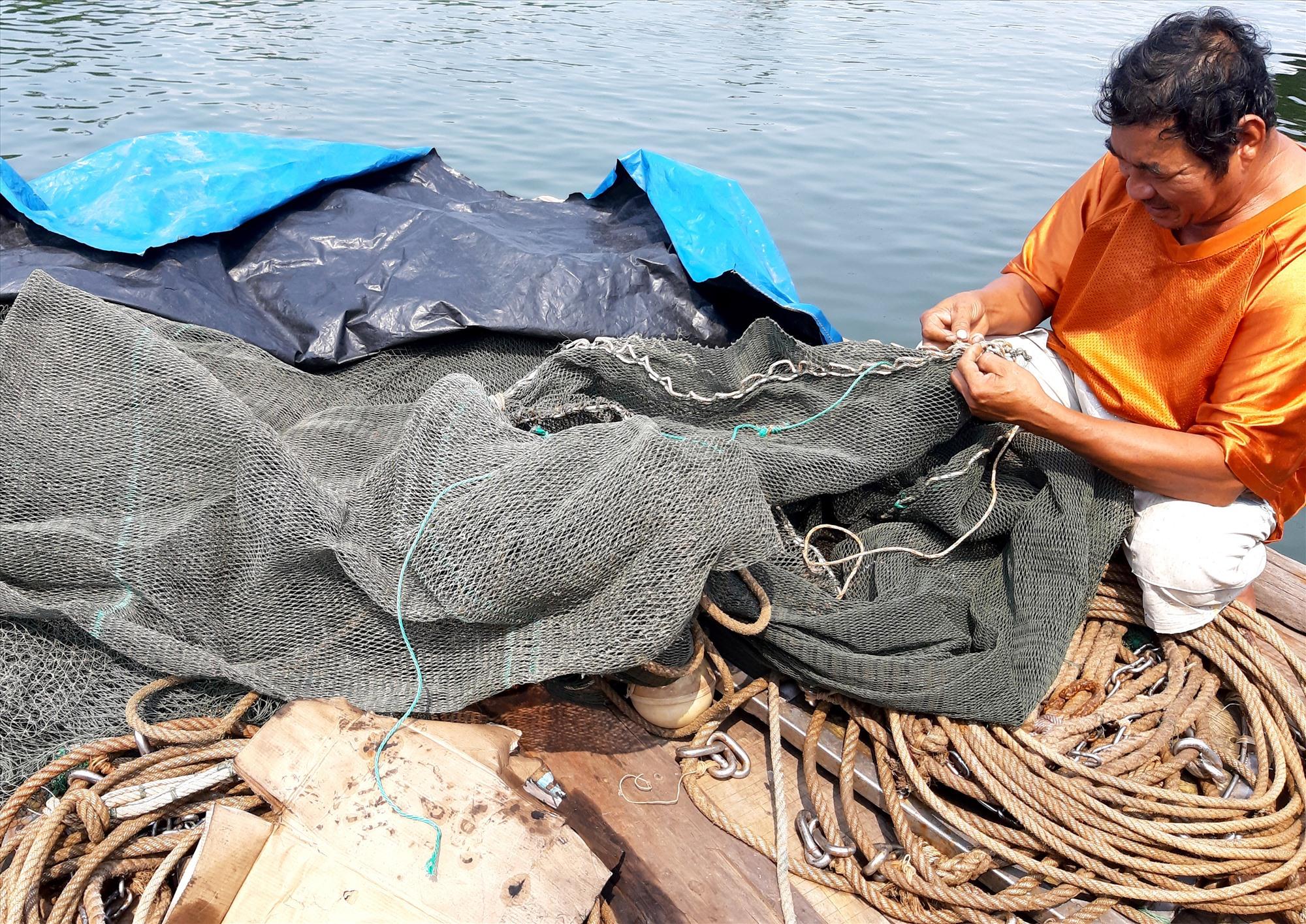 Ngư dân chuẩn bị ngư lưới cụ để sản xuất bằng nghề giã cào. Ảnh: VIỆT NGUYỄN