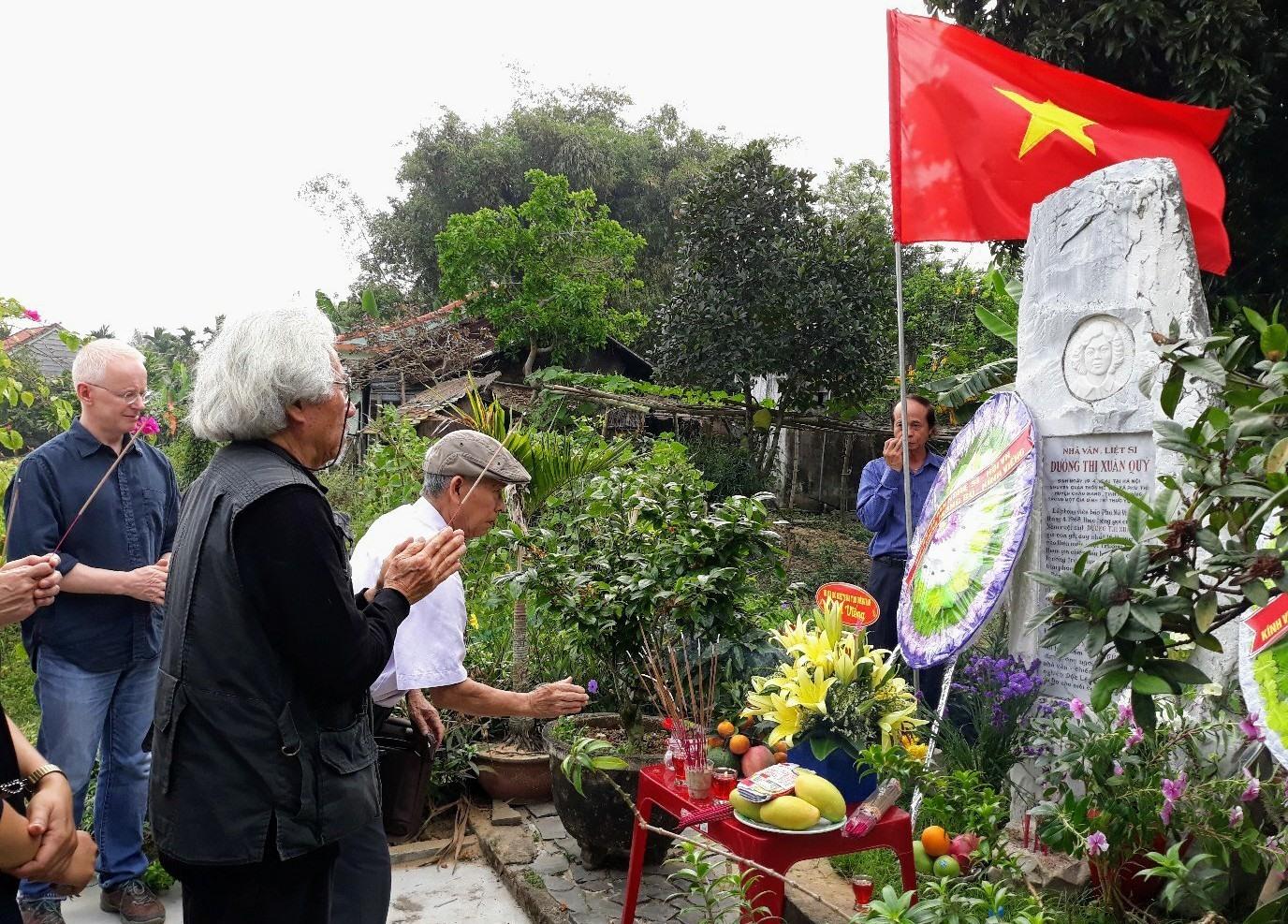 Chung quanh nơi yên nghỉ của nhà văn - liệt sĩ Dương Thị Xuân Quý 4 mùa đều có hoa. Ảnh: B.A