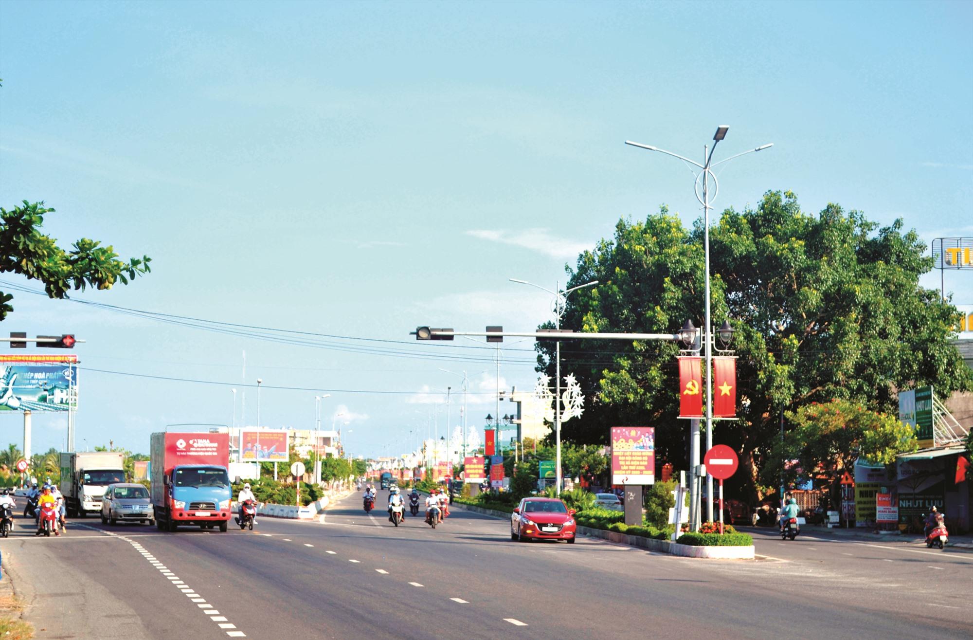 Đường trục chính vào trung tâm thị xã Điện Bàn được đầu tư mở rộng khang trang, hiện đại. Ảnh: T.C.T