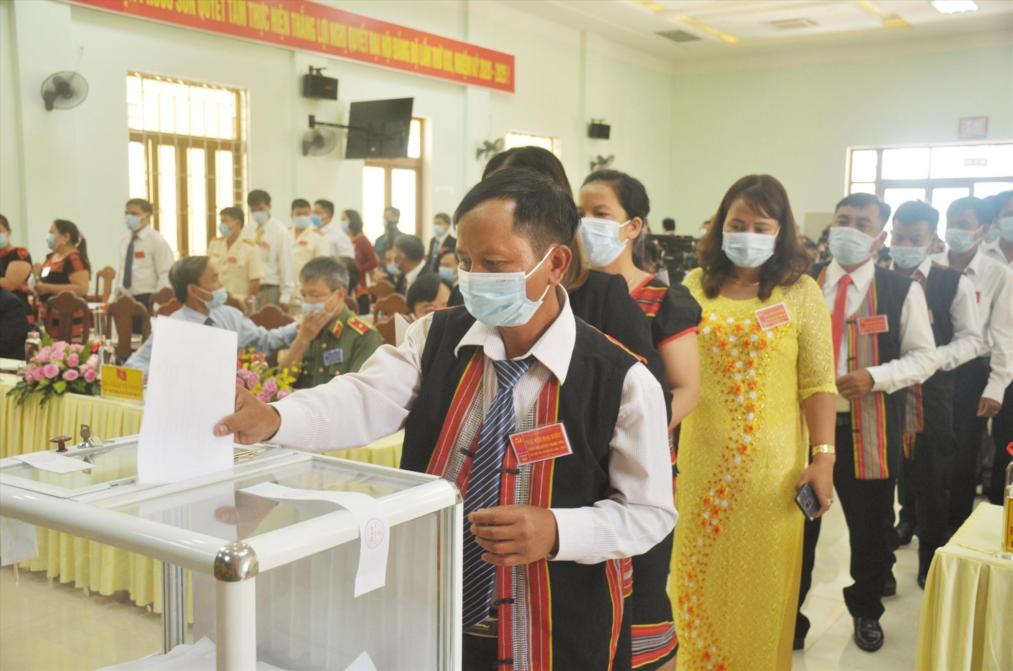 Sáng nay 28.7, các đại biểu bỏ phiếu bầu Ban Chấp hành Đảng bộ huyện Phước Sơn lần thứ XXI, nhiệm kỳ 2020 - 2025. Ảnh: N.Đ