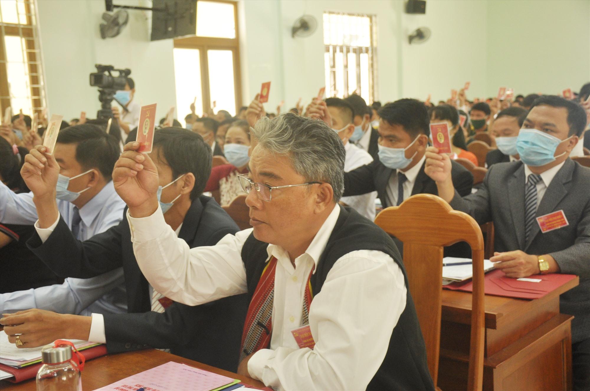 Các đại biểu biểu quyết các nội dung được trình tại Đại hội Đảng bộ huyện Phước Sơn lần thứ XXI. Ảnh: N.Đ