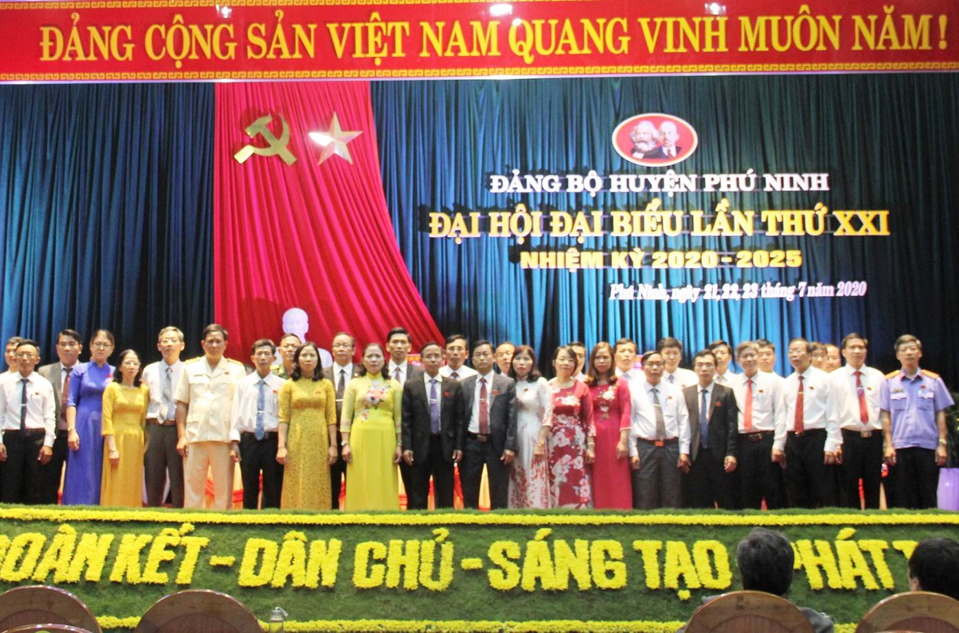 39 đồng chí vừa được bầu vào Ban Chấp hành Đảng bộ huyện Phú Ninh khóa XXI (nhiệm kỳ 2020 - 2025). Ảnh: VINH ANH