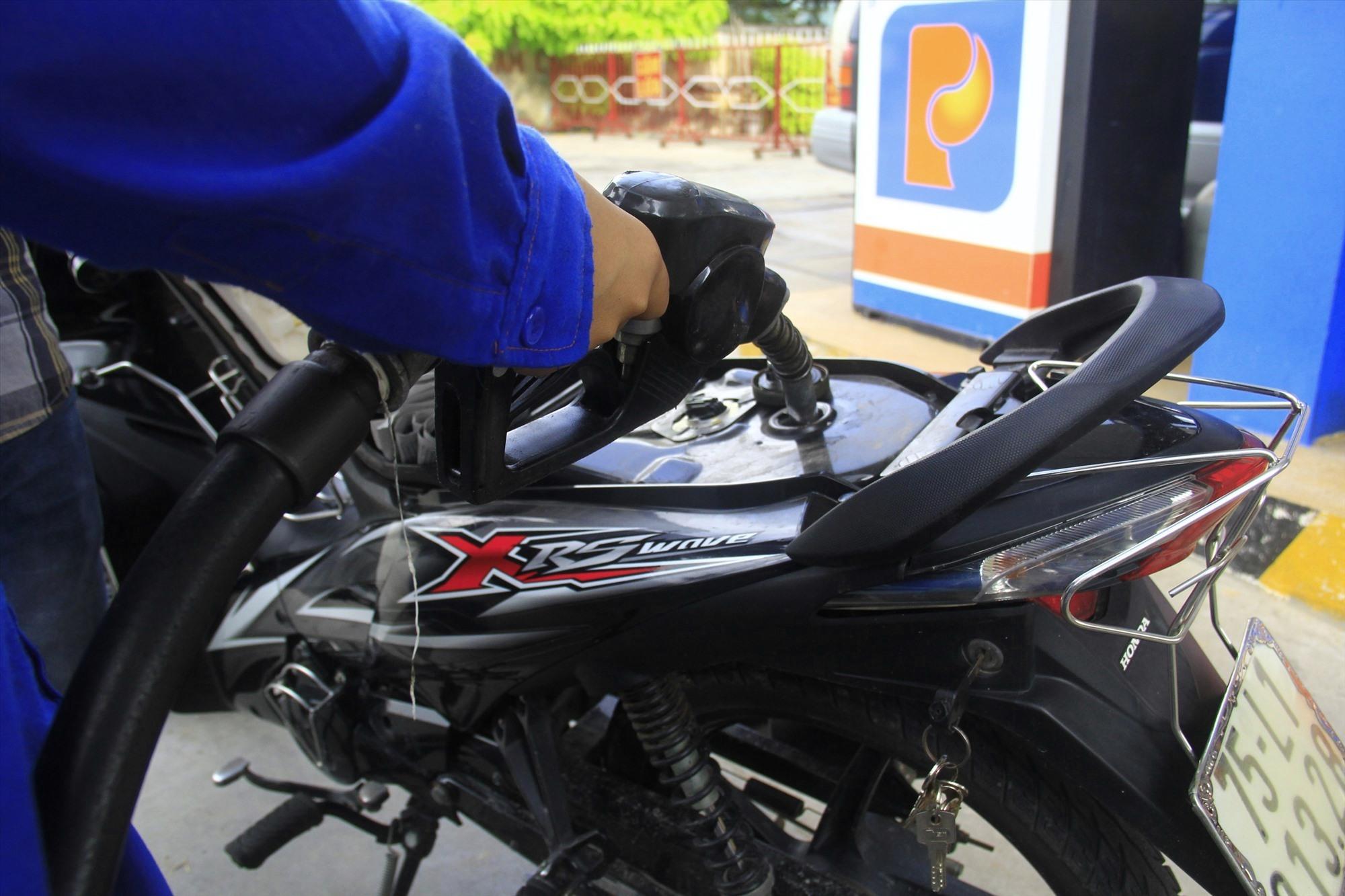 Sở Công thương yêu cầu các doanh nghiệp bán lẻ xăng dầu khuyến cáo người dân không nên tích trữ xăng dầu khi không cần thiết. Ảnh: T.C