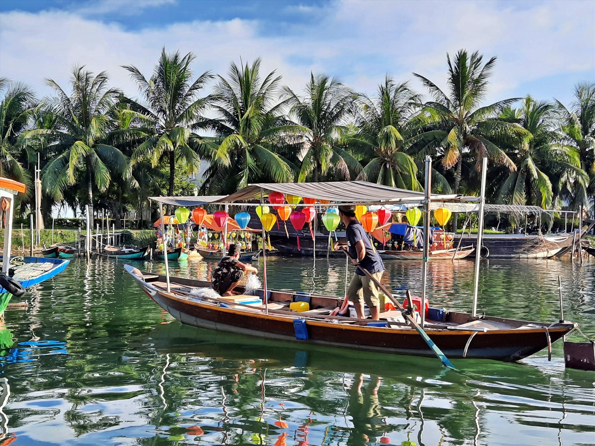 Chiếc thuyền chở khách du lịch nay trưng dụng để thả lưới bắt cá trên sông Hoài. Ảnh: Đ. ĐẠO